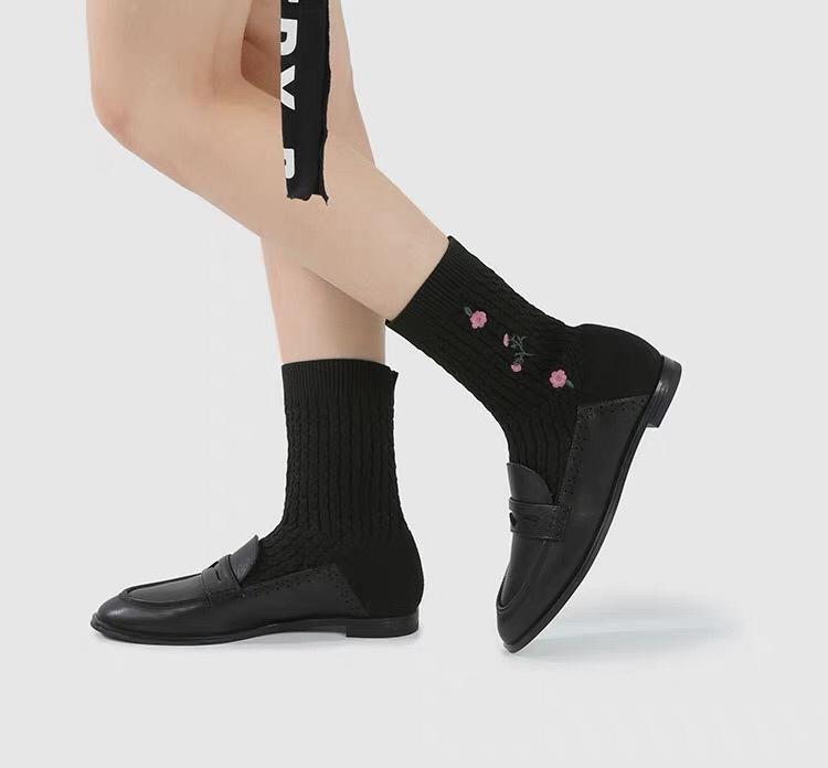CHARLES&KEITH女鞋拼接刺绣弹力靴袜靴短靴女💕 特别像女高中生的感觉,竖条纹的袜子上还配有特别精致的小fafa🌸 还有藏青色选择~ 爆炸喜欢 ¥429  专柜价格¥829