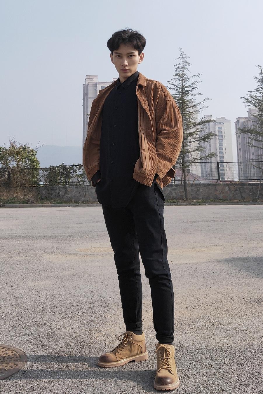 #D&G请看好,这才是至美中国风!#   怕配色单一太平庸? 简单配色教你穿出男模质感!这次选用色调是除黑灰白外另一种安全色——驼色。 驼色是种大地色,给人以亲和温柔著称, 涤纶上衣复古独特,为你的整体奠定与众不同的基调,休闲黄靴子增加一丝丝硬朗。