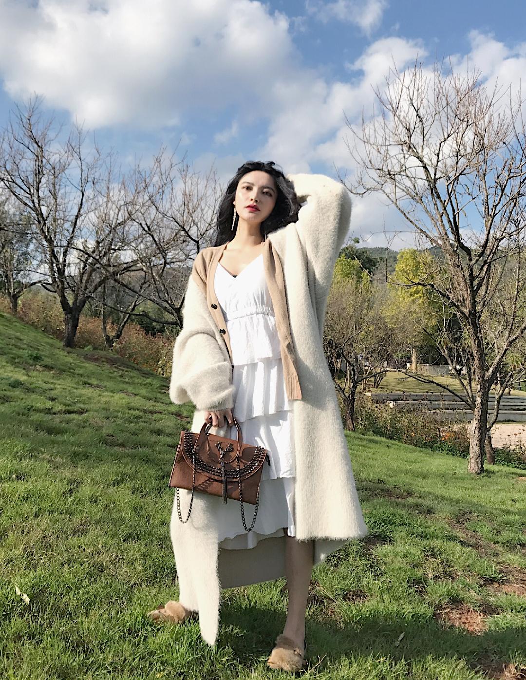 #终于剪了今年的流行发型!#虽然已经是冬天,但是云南仍然晴空万里,是不是忍不住就想去野餐呀,野餐的场所会有草地树林,所以森女风的搭配再适合不过了。学院风的针织外套搭配白色蛋糕裙,怕冷就再叠穿一件大外套。包包也搭配民族风的皮革包包,鞋子呢舒适和看起来不突兀就好。搭配我的卷发,文艺气息满满,这一身其实我也很喜欢。
