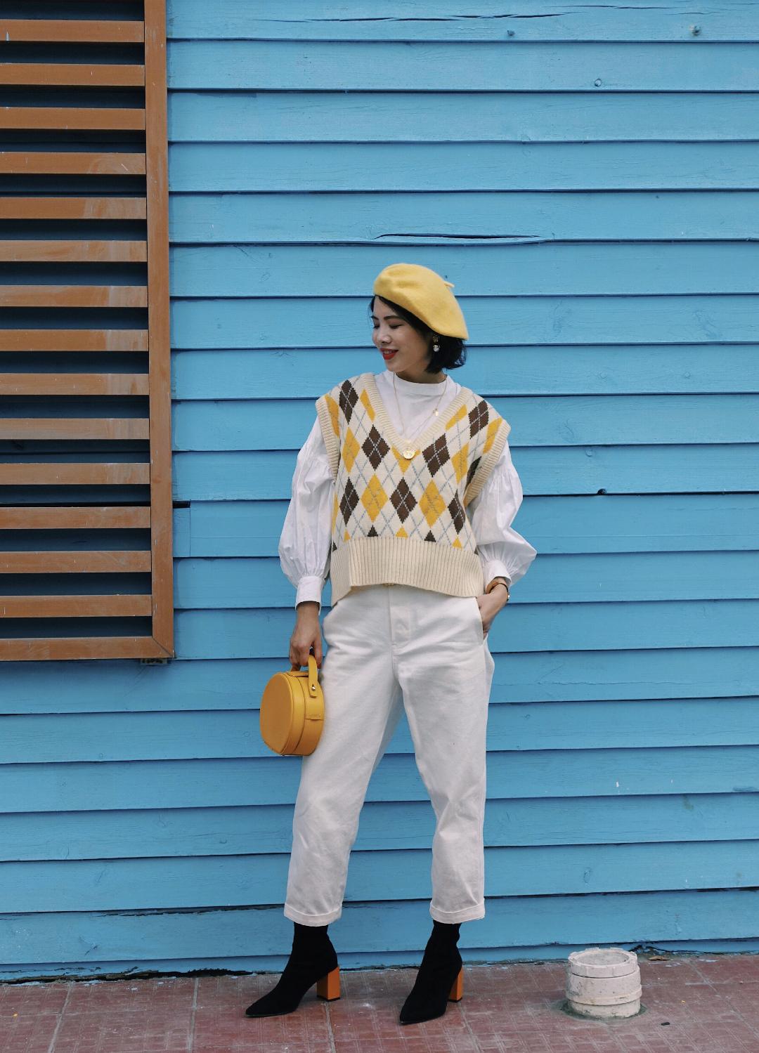 #戴帽子不为取暖,是为好看啊# 秋冬衣橱里一件学院风的针织背心是必不可少的!搭配白色泡泡袖衬衫既时髦又减龄~黄色是我最爱的颜色之一,所以背心我也选择了黄色系,搭配上我的黄色贝雷帽和黄色小圆包,简直就是自成一体!最后,点睛小配饰不要忘了哦!哪怕是一条项链、一对耳环也能为你增色不少!