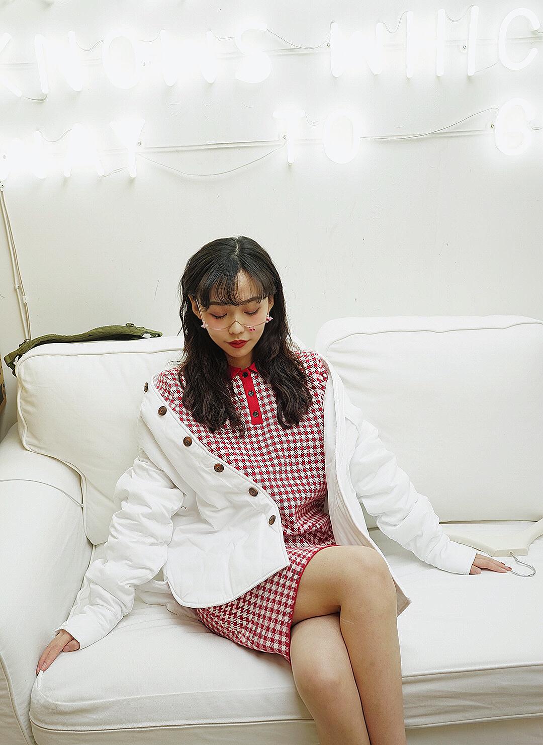 #MOGU探店#甜美风格的红白格子polo裙+白色外套,充满设计感的眼镜框架增加了玩味感。