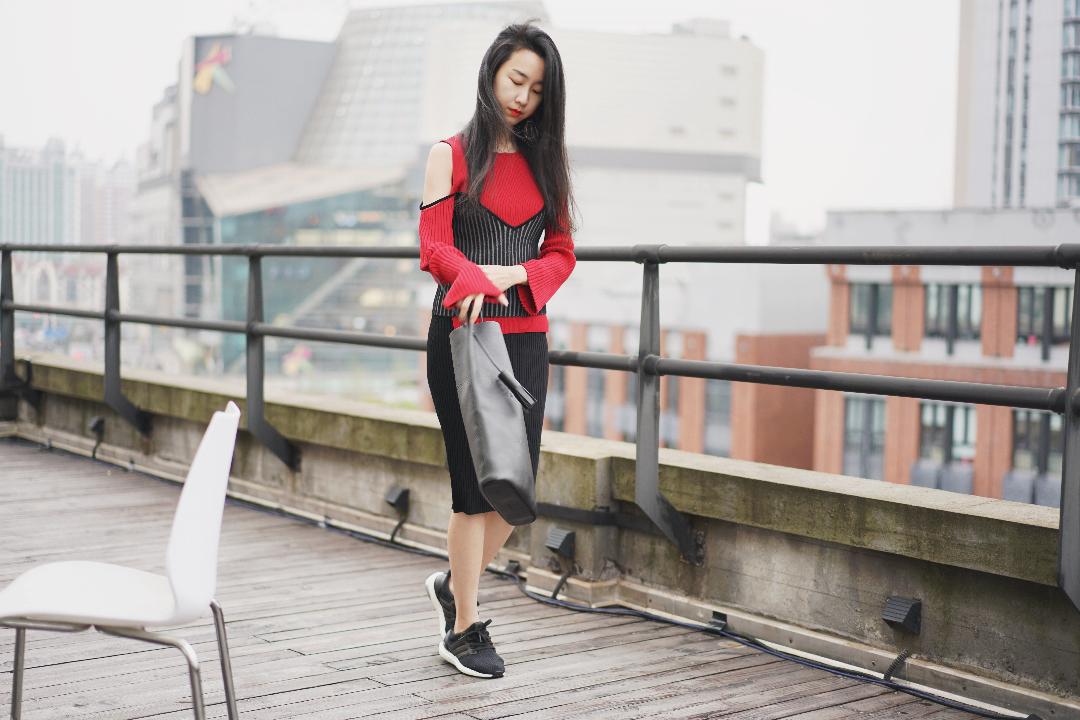 层层叠叠的针织。  #凹造型我是不可能输的!#  上衣:Yirantian 连衣裙:Yirantian 鞋:Adidas Boost 3.0 包包:Building Block