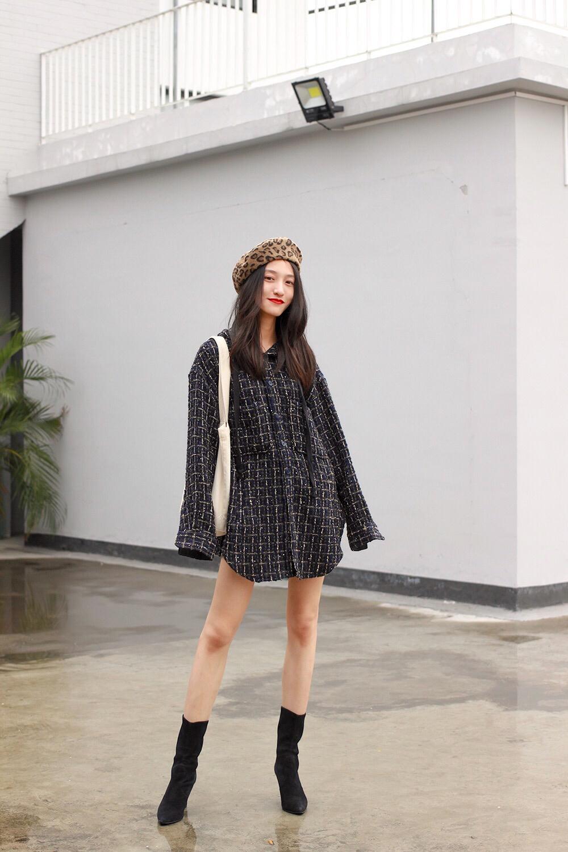 #Oversize,今冬外套唯一时髦指标# ❥oversize的外套,除了宽松遮肉以外,还可以直接当作连衣裙单穿哦~😊 ——粗呢材质的外套,往往给人过于通勤的感觉,这款做成休闲装,竟然mix出了不一样的味道~除了oversize,主要是被它的大帽子吸引了!hin喜欢!   ❥由于单穿色彩有点少,搭配了豹纹的贝雷帽,而背的则是帆布包,呼应连帽的休闲感~