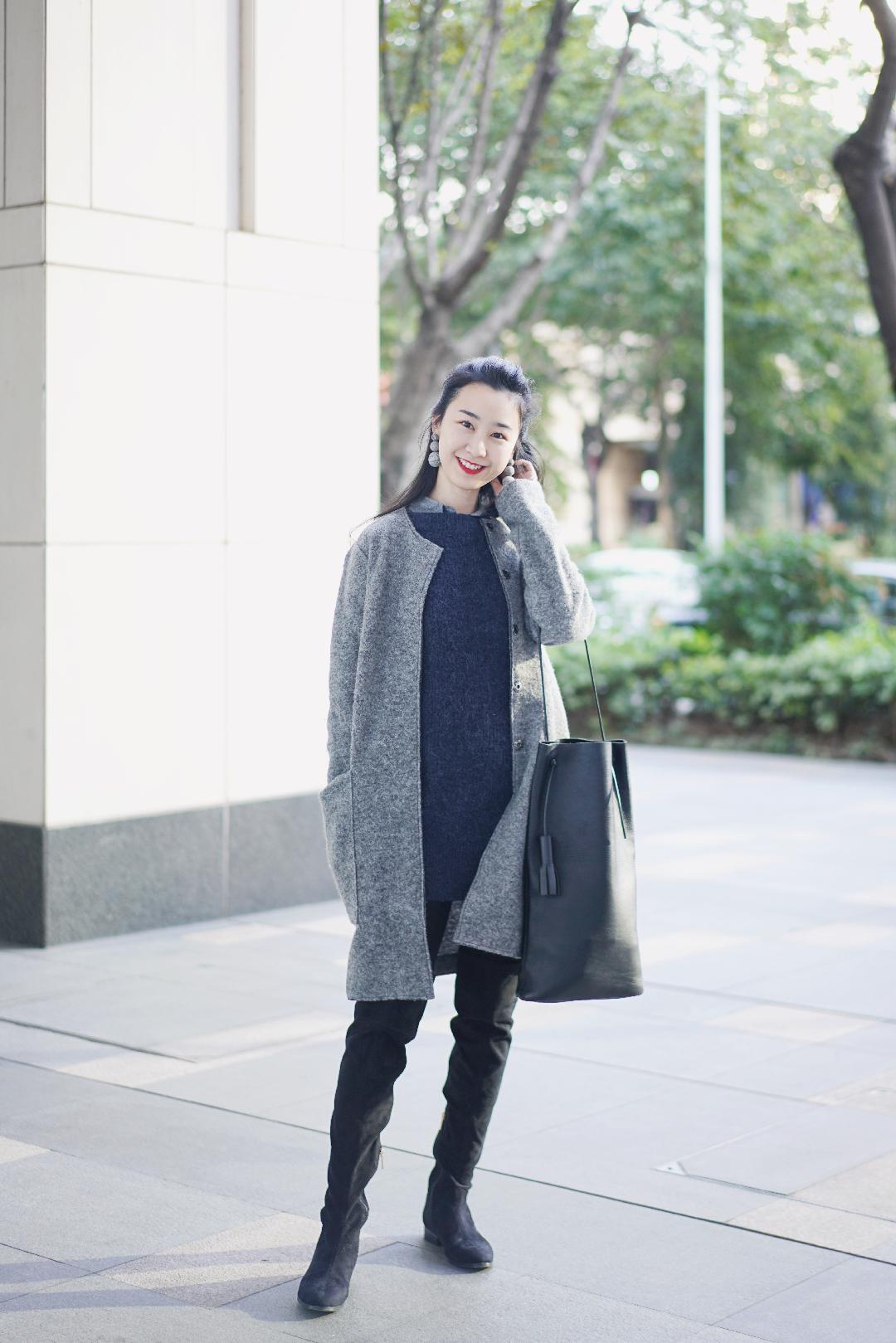 """冬天的灰色+蓝色。  #""""雾霾蓝""""解救这雾霾天#  大衣:zara 耳环:zara 靴:raye 包:building block"""