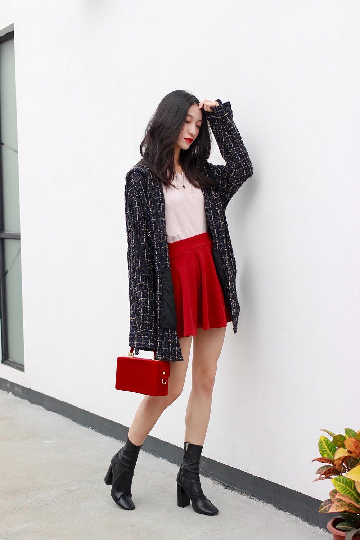 #别问了,不冷# ❥据说冷空气要来了,然鹅今天还是27度。。所以,不仅不冷,热!😝 ❥这种天气,T恤+外套 最好不过了~ ——V领长袖T恤,是秋冬必备的基本款,露出锁骨更显瘦哦~  ❥内搭是同色系穿搭,用粉色搭配红色短裙,裙子不会太突兀,整体感觉更加温柔哦~