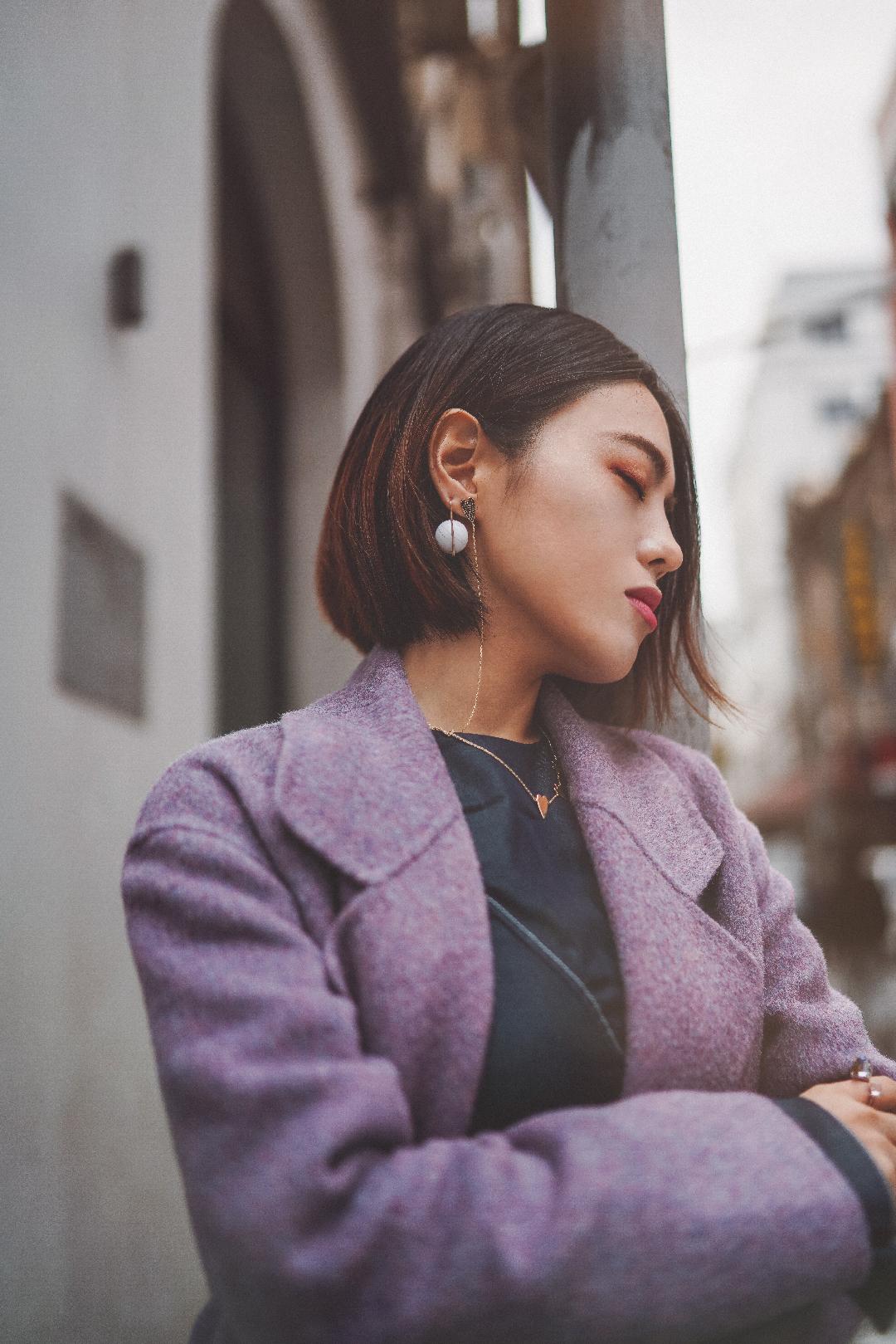 rosa穿搭|秋冬雾霾紫怎么穿出气质|小个子气场穿搭 秋冬紫色LOOK的小心机 黑白灰的秋冬 急需一抹亮色出彩 最简单采用同色系搭配大法,饱和度深浅度不同 让搭配更有层次感。 大衣里面尽量选择同一色系,比如一条纯色连衣裙,这样即使大衣敞开穿,也切割了身型,不分段,更显条顺。 利用饰品增加搭配的质感。鞋子中有珍珠装饰,耳饰也选择带有珍珠元素的。而戒指则是颜色上呼应了整体的蓝紫色调。 #穿对大衣,一步巴黎#