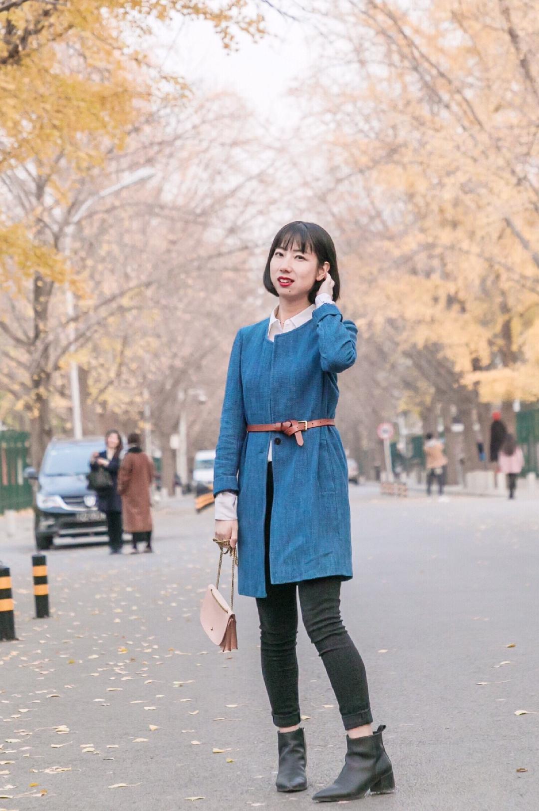 """#""""雾霾蓝""""解救这雾霾天# 通勤搭配来一个~ 真丝衬衫作为内搭,虽说一样的纯白色但是纯真丝有不一样的质感。外搭雾霾蓝色大衣,简单素净的蓝白配色,腰间用细腰带一秒提升腰线。 链条包还是很浅的粉色,与蓝色天生好CP!"""