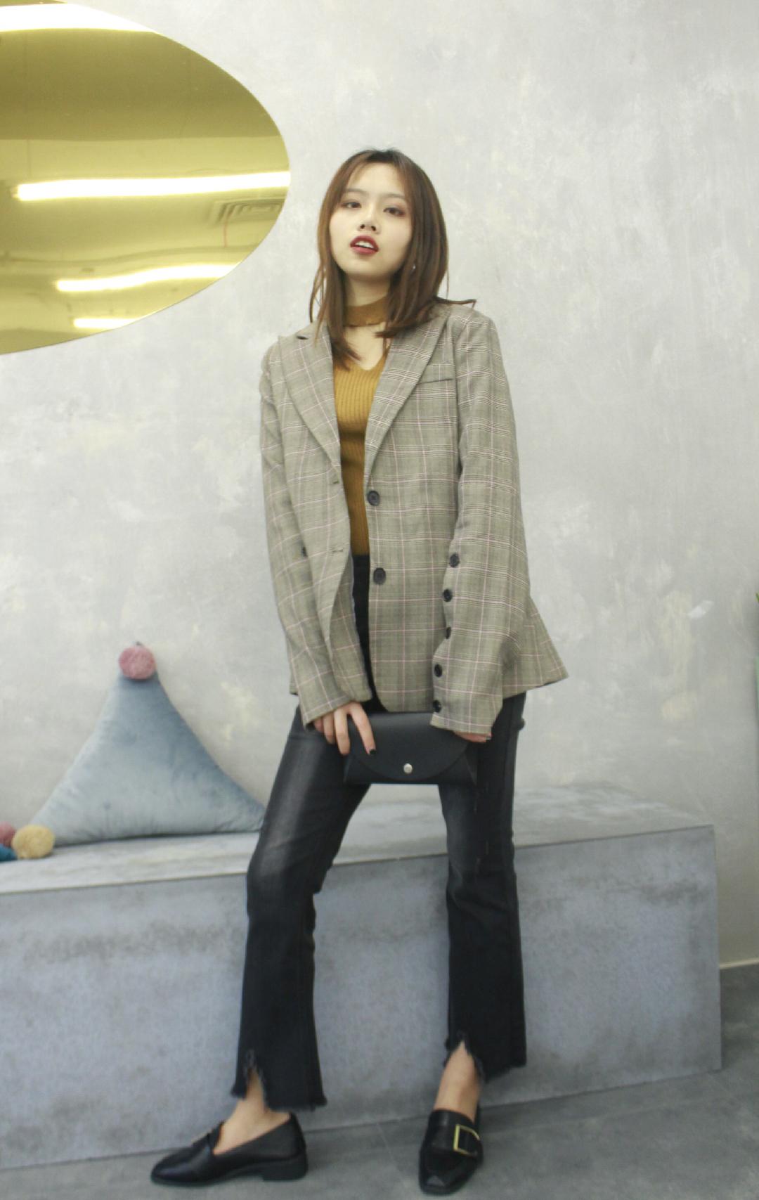 #换季衣橱之暖冬攻略#  外套:PIXIE MARKET 内搭:Santa Rita 老妮 裤子:Zeal Soul 西装一直是搭配里很火的元素 浅色格子西装外套 内搭针织衫 下身一件微喇的黑色牛仔裤 还有百搭的酷酷的皮鞋 手持职场风的包包 气场十足的白领范就此诞生啦!  关注我,教你用打扮去记录这个冬天