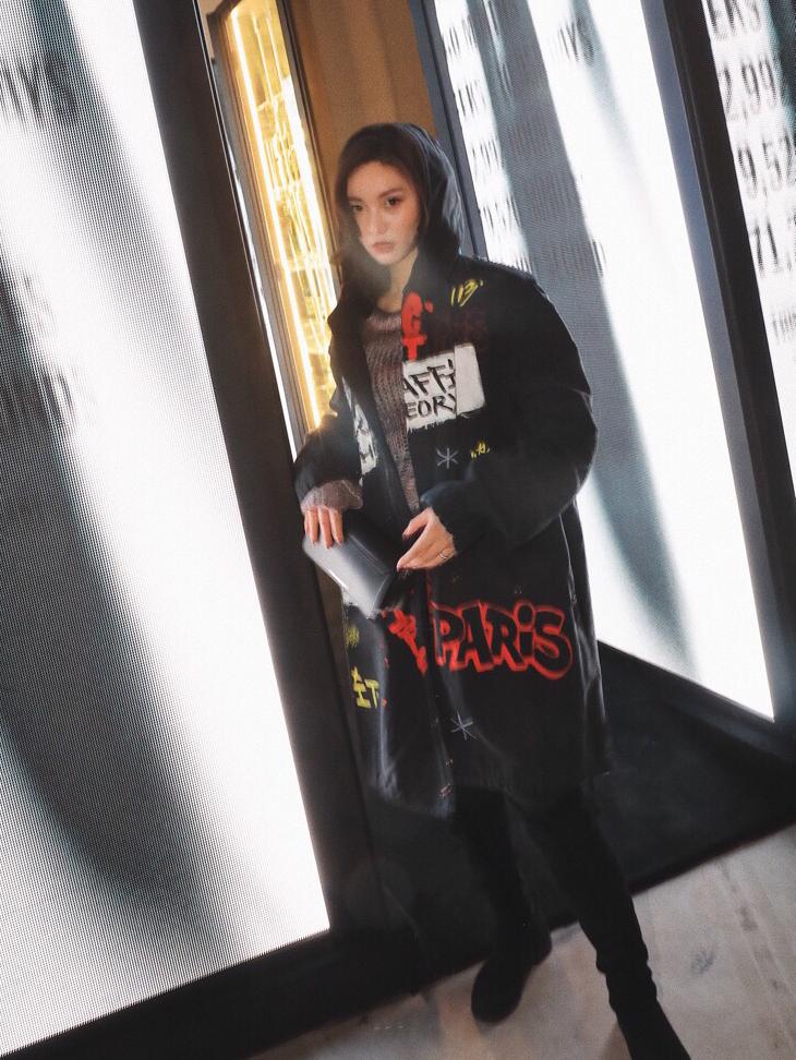 今天穿的这件黑色风衣涂鸦外套就来自Faith Connexion,街头休闲风,又不失个性,涂鸦设计帅气十足,北京限定14件I.T联名啦。 今天是酷女孩!#彻底告别撞衫的品牌合集#