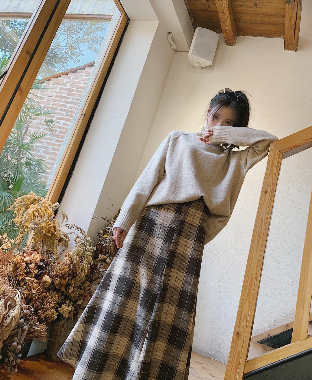 """今年特别喜欢杏色毛衣,#这么""""土""""的颜色撑起秋冬时髦感#,我一般不把高领翻折下来,感觉竖着好看一点还很保暖脖子呢把毛衣塞一点进裙子里是不是感觉加分不少呢。 我搭配了一条卡其色的格子半身开叉毛呢长裙 鞋子我穿了一双平底的毛绒豆豆鞋,宝宝们也可以搭配高跟鞋呢,这一身真的很显高哦"""