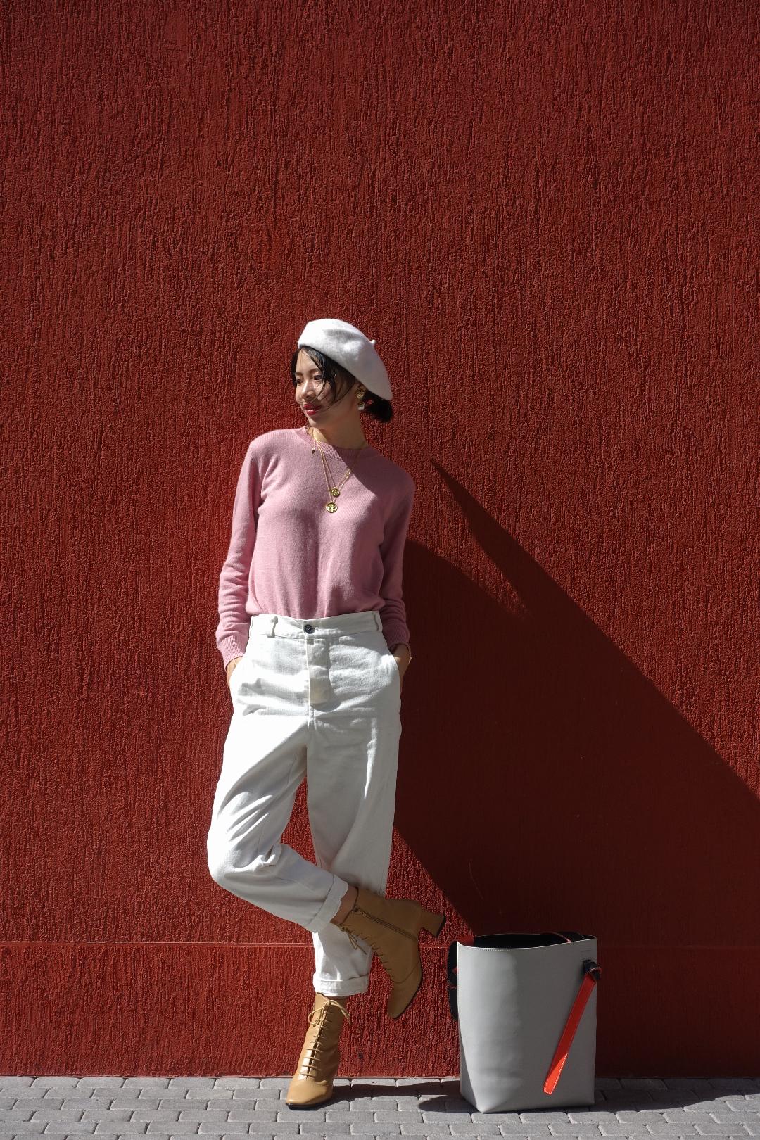 #我的十秒出街造型# 大部分女孩子都无法拒绝温柔的粉色吧?寒冷的冬日一定要来一件柔软舒适的粉色的针织衫来温暖自己! 而粉色单品和白色单品搭配在一起,更是让人看起来清爽而不臃肿。这套look 我不仅搭配白色休闲裤,还特地选了一顶奶白色的贝雷帽!短靴和包包也是选择的浅色系,是不是看起来既温柔又舒服~