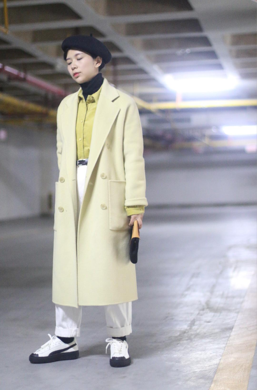 关键词:叠穿、一衣多穿、同色系 Look3:黄色大衣搭配同色系黄衬衫,叠穿高领针织,非常中性复古的一套,另外搭配黑白色永远不会错~ #看我一衣三穿的本事#
