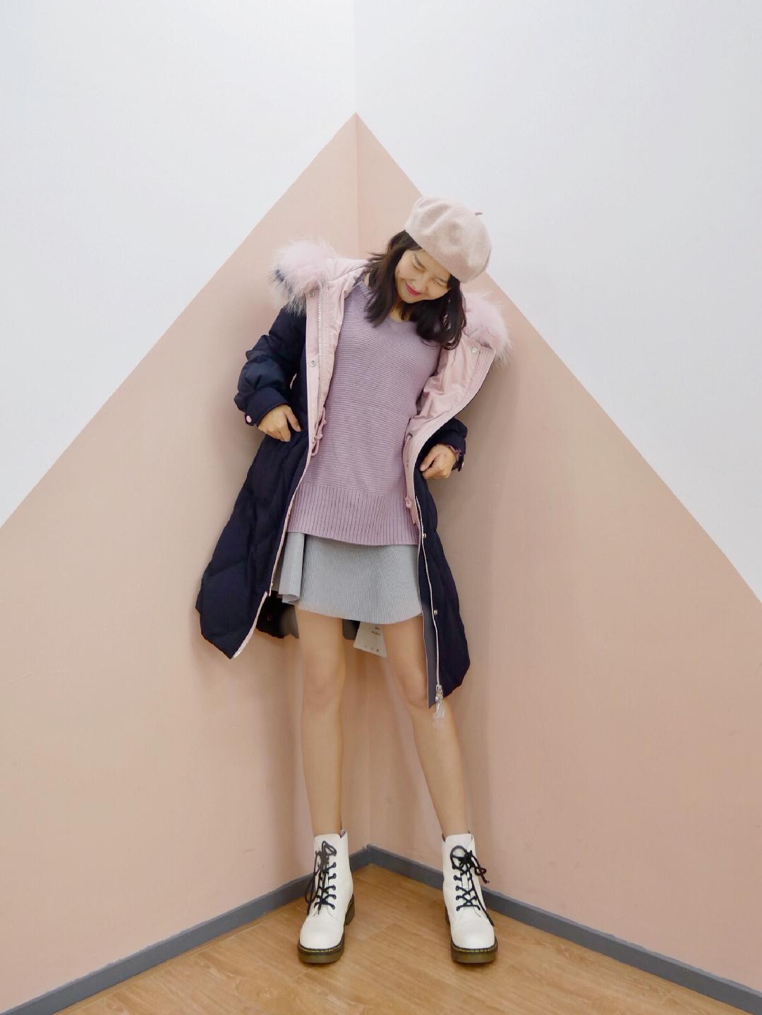 #寒冬我只想躲在这件棉被里!# 粉色内里和毛领撞色黑色外套,黑粉不就是blackpink少女力吗!  粉色毛绒贝雷帽给甜度加分,内里紫色宽松毛衣更加温柔。外搭的羽绒服太保暖舒服了,穿着大棉被完全不会冷,应对这个寒冬没有问题。下身是针织灰色半裙,可爱显腿长。  搭配一双白色马丁靴,冲鸭少女心!
