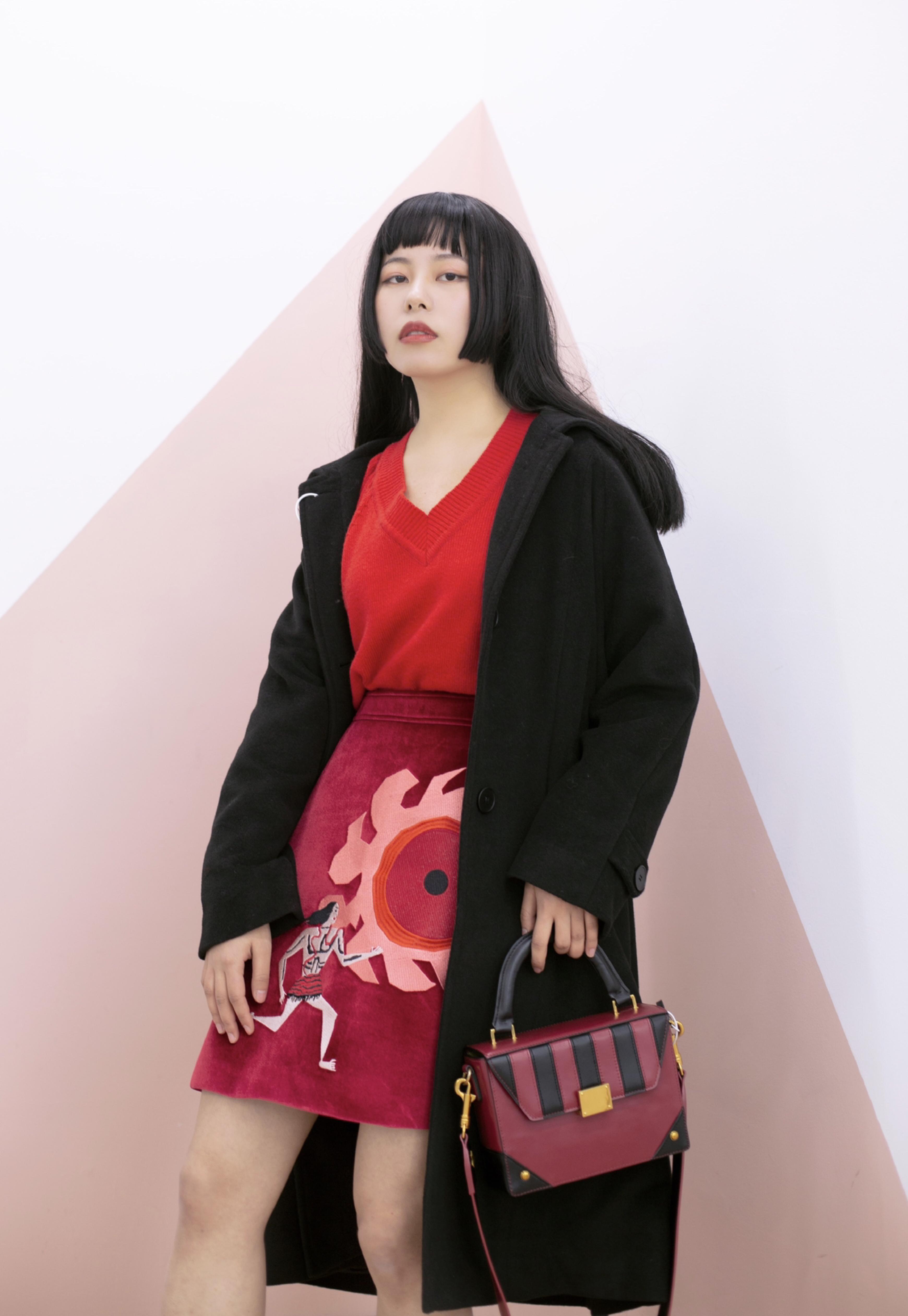 霸气又明媚的红黑色穿搭🔴⚫️ 🔴里面我搭了一身红色,红色的v领毛衣➕红色刺绣短裙,这条红色短裙太有设计感,上面的刺绣是夸父追日,表达着对光明的向往,很有寓意的一件裙子了! ⚫️外套是帅气不出错的黑色大衣,均衡了红色的张扬~廓形感很酷,冬日必备大衣系列~ 🔴最后搭一双暗红色的中筒袜,一双黑色透明拼接短靴,一只黑红相间包,都在呼应整体的穿搭,nice~ ▪️毛衣:The Season Flower ▪️外套:三巷自制 ▪️短裙:MINNANHUI ▪️短靴:ZARA  ▪️包包:JAYAL #和新交的男朋友约会,这周怎么穿?#