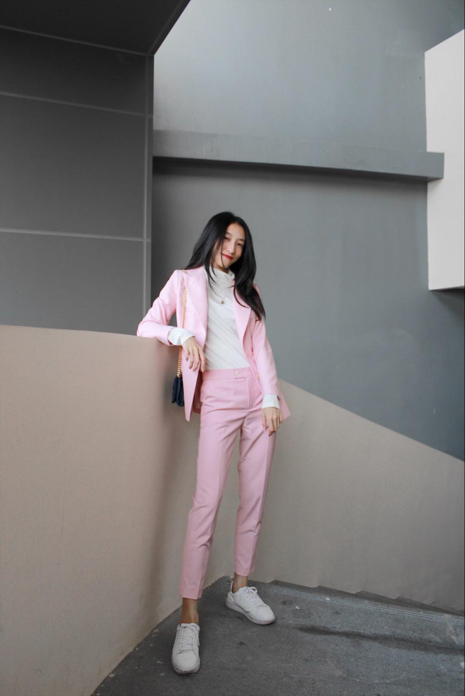 """#冬日里套装才是最强阵容!#  ❥第一次尝试粉色西装,效果竟然还不错~ ——[粉+白]可以说是经典的颜色搭配组合了,恰好西装的纽扣是白色的,作为呼应,整体感觉比较温柔。   ❥为了平衡套装的""""正式感"""",鞋子搭配了休闲的小白鞋,通勤休闲两不误~"""
