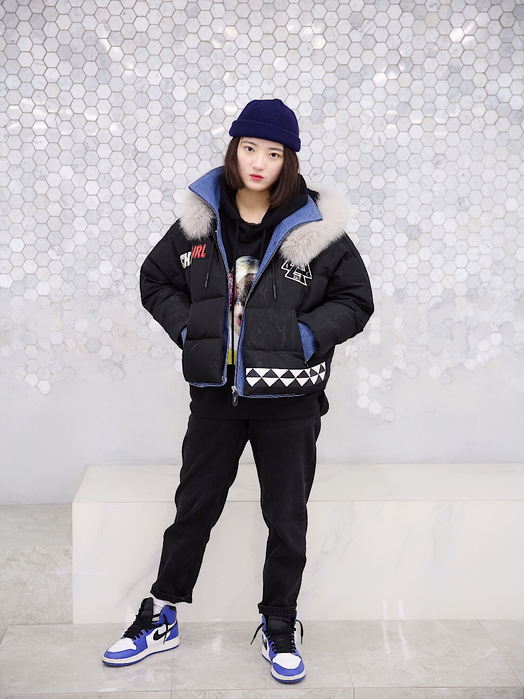 上身是一件黑色印花卫衣内搭 搭配一件羽绒服外套 下身是一条黑色牛仔裤 戴上一顶藏青色冷帽 这样一身颜色很搭 还有点酷酷#羽绒服比感冒药划算,保命要紧!#