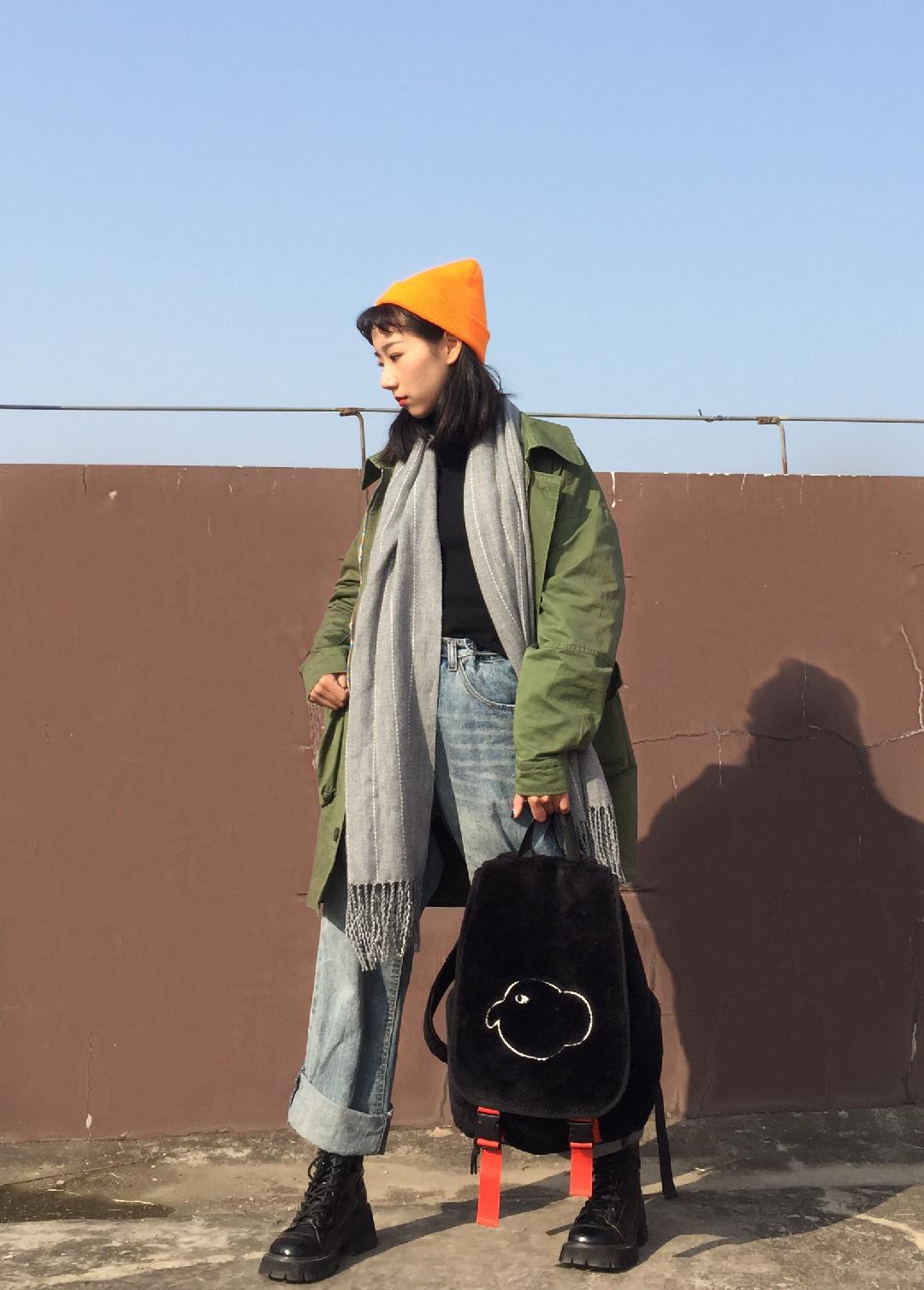 Vol.184#这次是年底见家长的乖乖女# 军绿色的大夹克很8错哦 冬天怎么能少了围巾  帽子和围巾就是最好的搭配神器哦 就算只是搭着也暖意十足 更加有层次感呀~