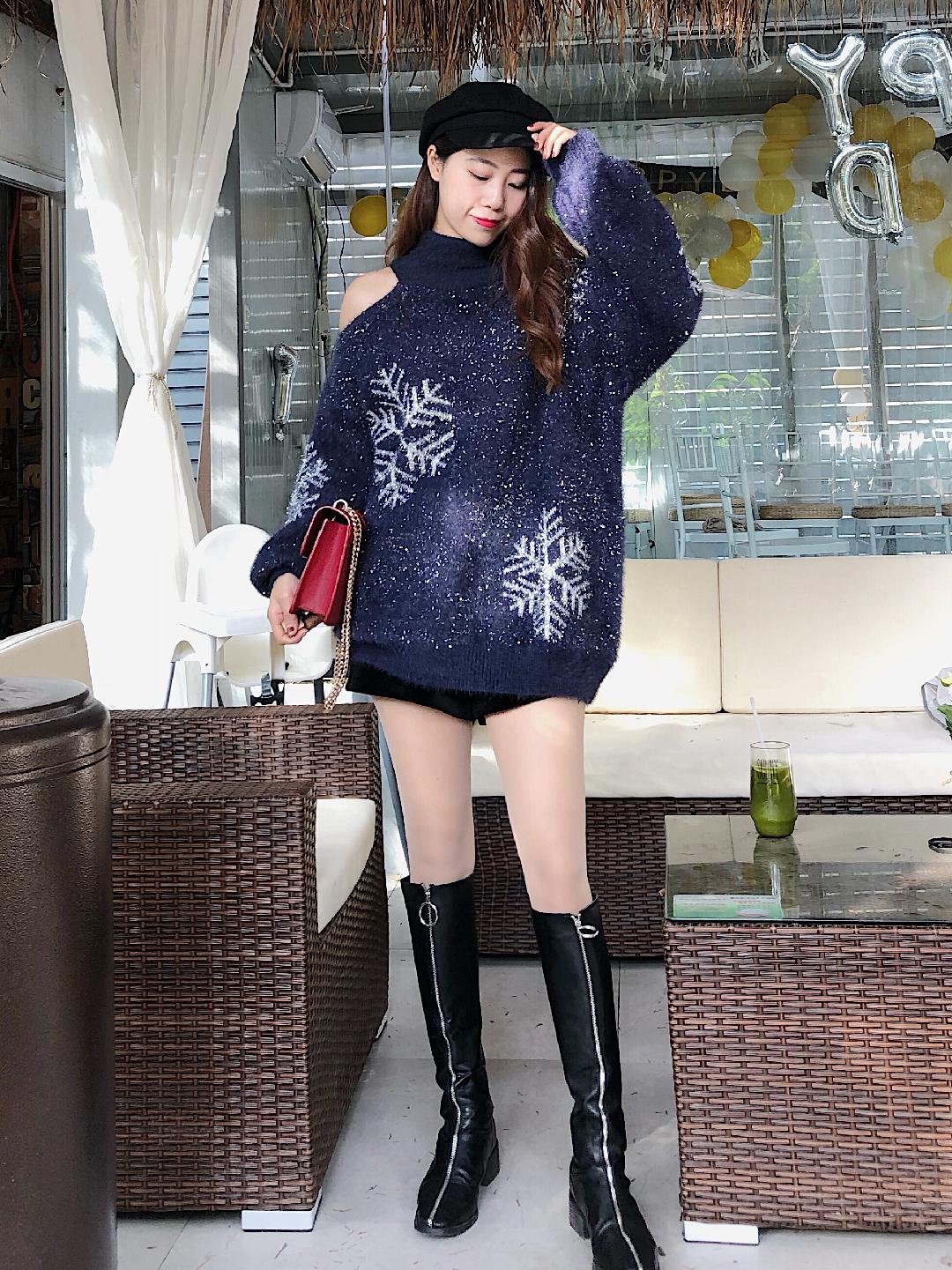 #越不正经穿衣,越!好!看!#  最爱的这件毛衣啦,亮闪闪的炒鸡好看,雪花的图案也是圣诞气氛满满,特别甜美,露肩的设计带点小性感,长度刚好盖住臀部,完美营造下衣失踪感,再配个高筒靴,显瘦又时髦。