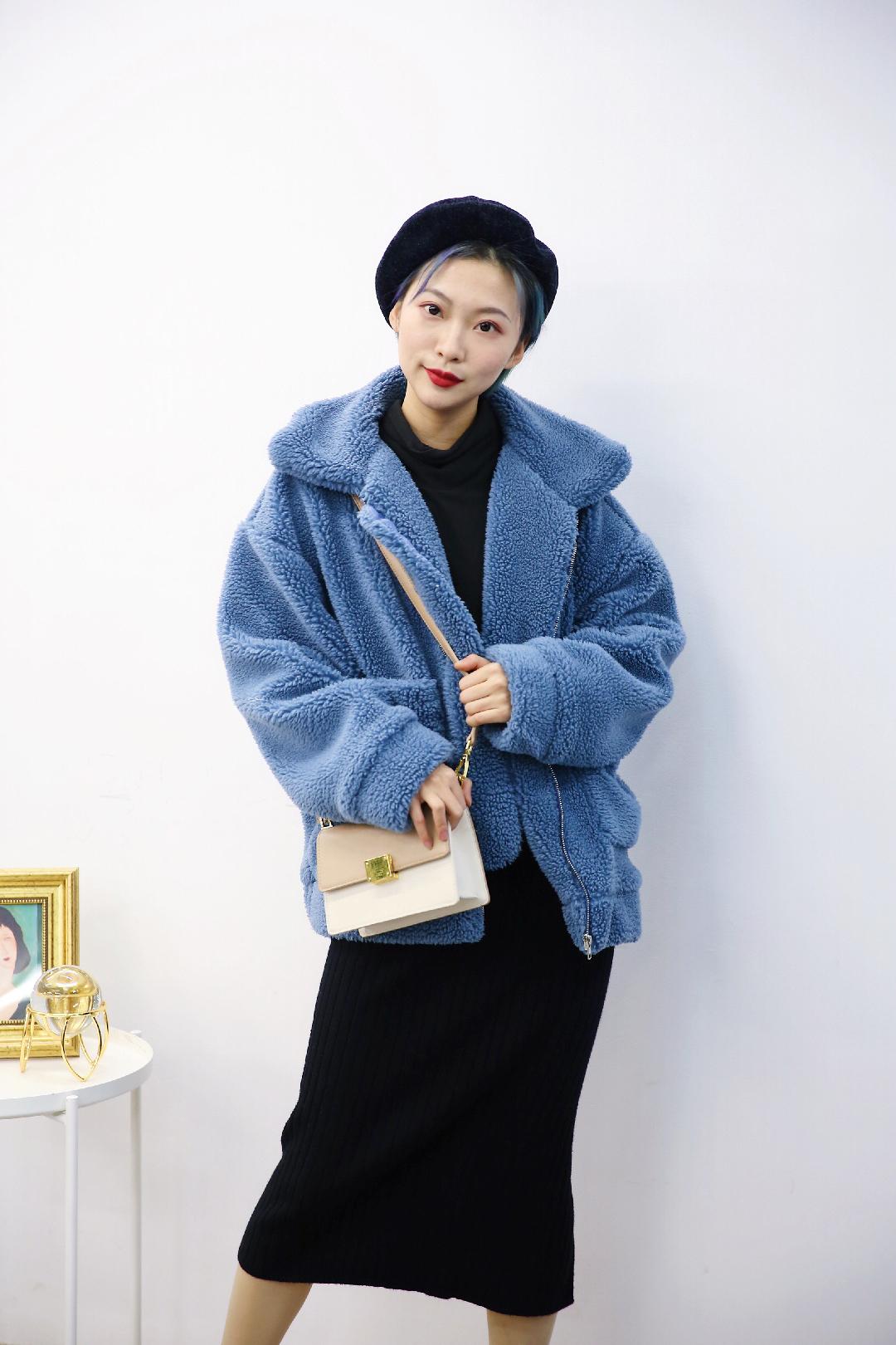 #K-FASHION,韩国品牌在线试穿!# 💙CHAEBUBBLE 蓝灰色的羊羔毛外套~颜色足够美腻 上身气质upup 💙黑色打底上衣是不会出错的选择 外套很厚实的情况下内搭需要穿的轻薄一点才不会显得整个人很胖噢 💙Hellosweety的针织包臀裙超级亲肤 很舒适 版型也很好噢
