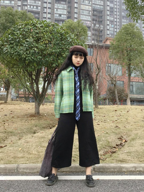 #冬季韩系ins穿搭示范给你看#  绿色格纹毛呢外套,加上黑色阔腿裤或许有点单调,但是加上一条领带,顿时变身的酷酷小姐姐 😎️很酷的ins风去逛街超吸引眼球哦