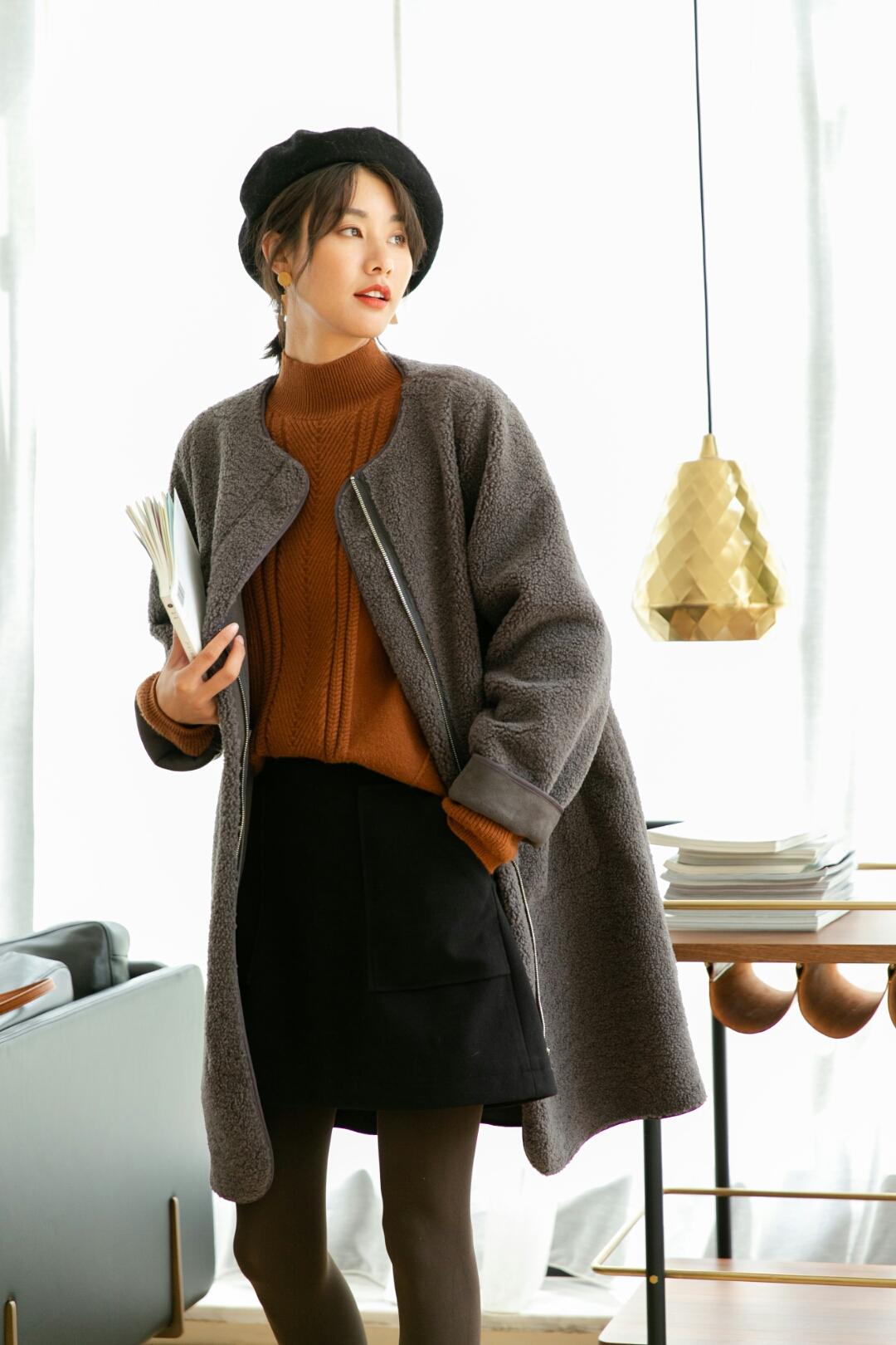百搭保暖的小黑裙,在秋冬都是好搭的单品, 利落的裁剪打造出流畅的线条感, 展现优雅的女神气质, 两侧的大大口袋,也让你变得与众不同, 而且它是真心很好搭,搭什么都让你美美哒~~~#冬季韩系ins穿搭示范给你看#