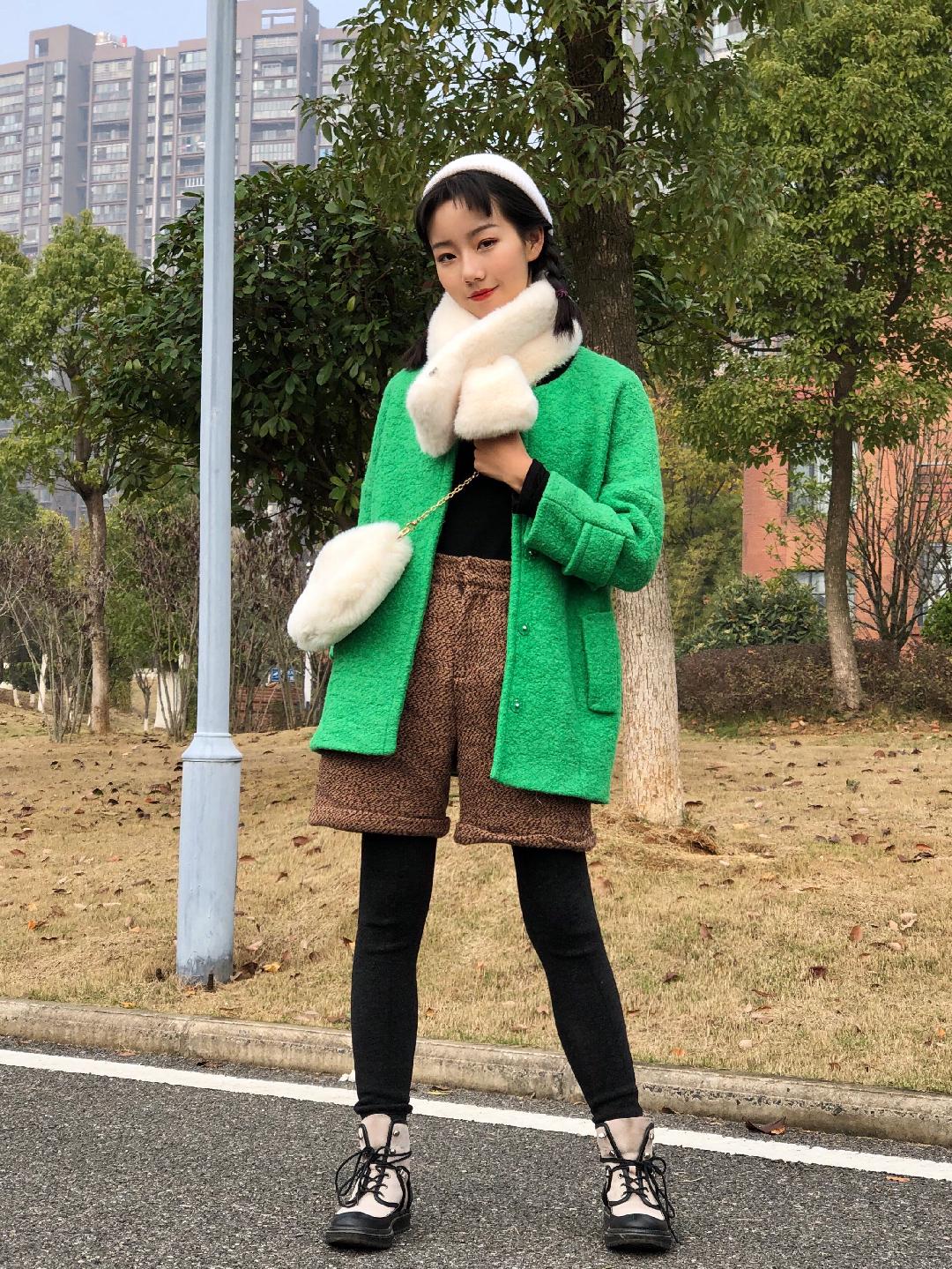 Vol.198#想要生活过得去,搭配必须带点绿# 绿色绿色绿色大衣来啦哈哈哈哈~ 比想象中好搭配很多哦是那种很清脆的绿色 搭配白色毛毛围巾以及棕花色毛线裤都很有层次感哦~