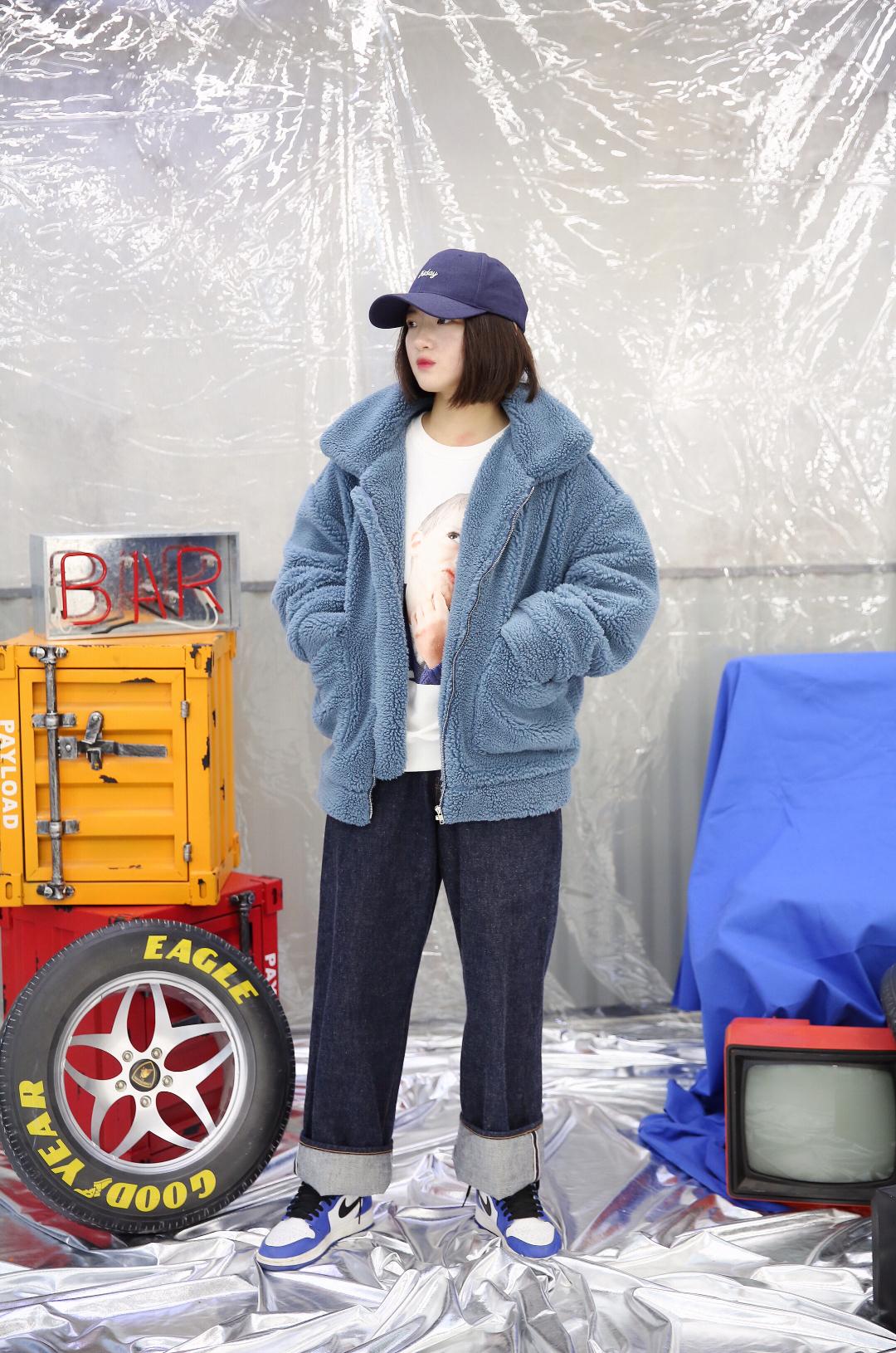 上身是一件白色印花卫衣 搭配一件蓝色羊羔毛外套 下身是一条牛仔裤 搭配一双蓝色aj1小闪电 再戴上一顶鸭舌帽 这样一身就比较酷酷的啦#裹得严严实实,温度不允许我随便露#