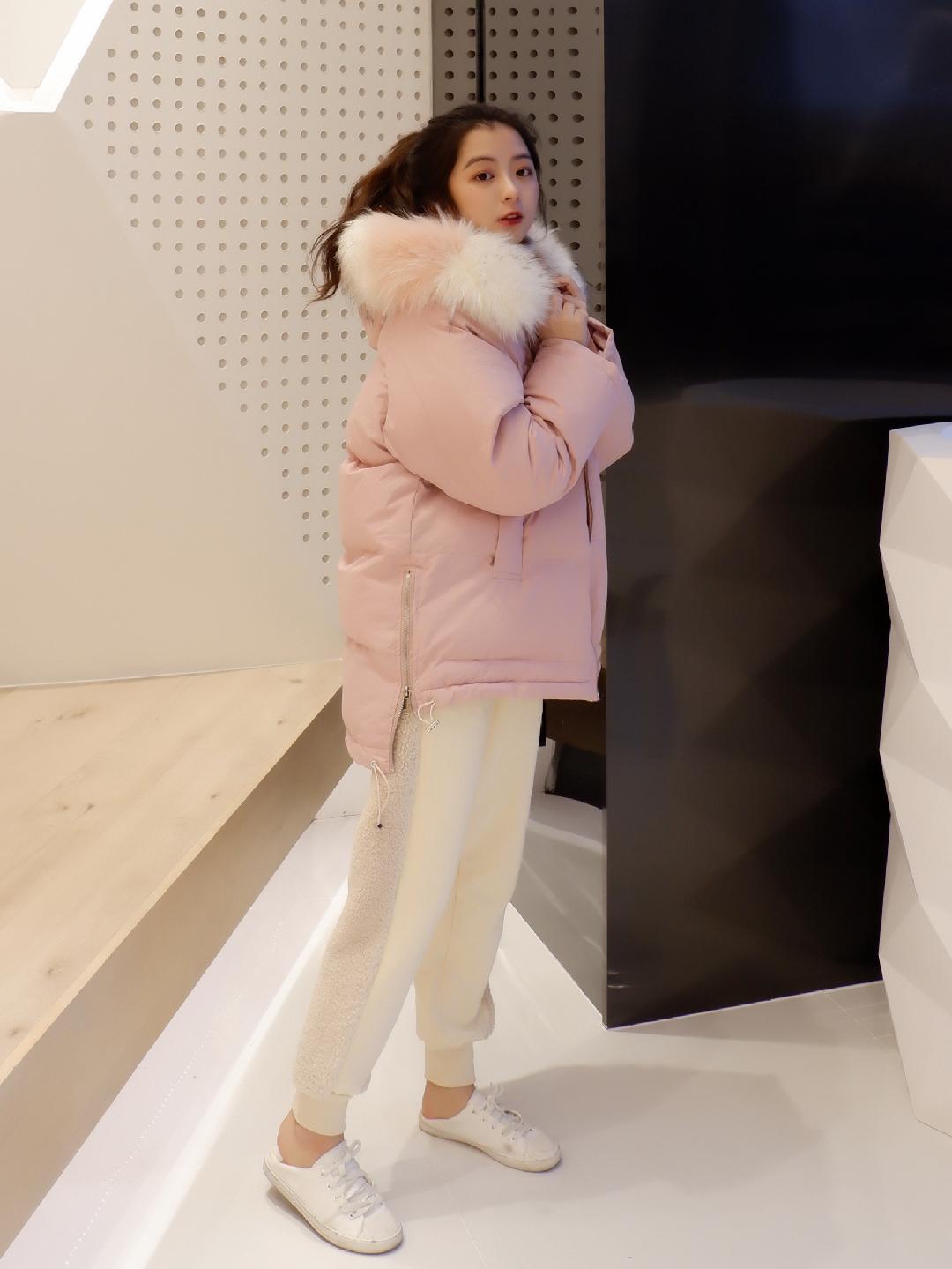 #2018,请受我的温柔一刀~#温柔女孩必备的粉色羽绒服 关键是短款其实对于小个子来说真的相当重要 感觉喜欢上之后完全不显得臃肿的同时显得人又温柔又可爱毛毛的设计也很特别 超级保暖 一摸就知道 爱上啦