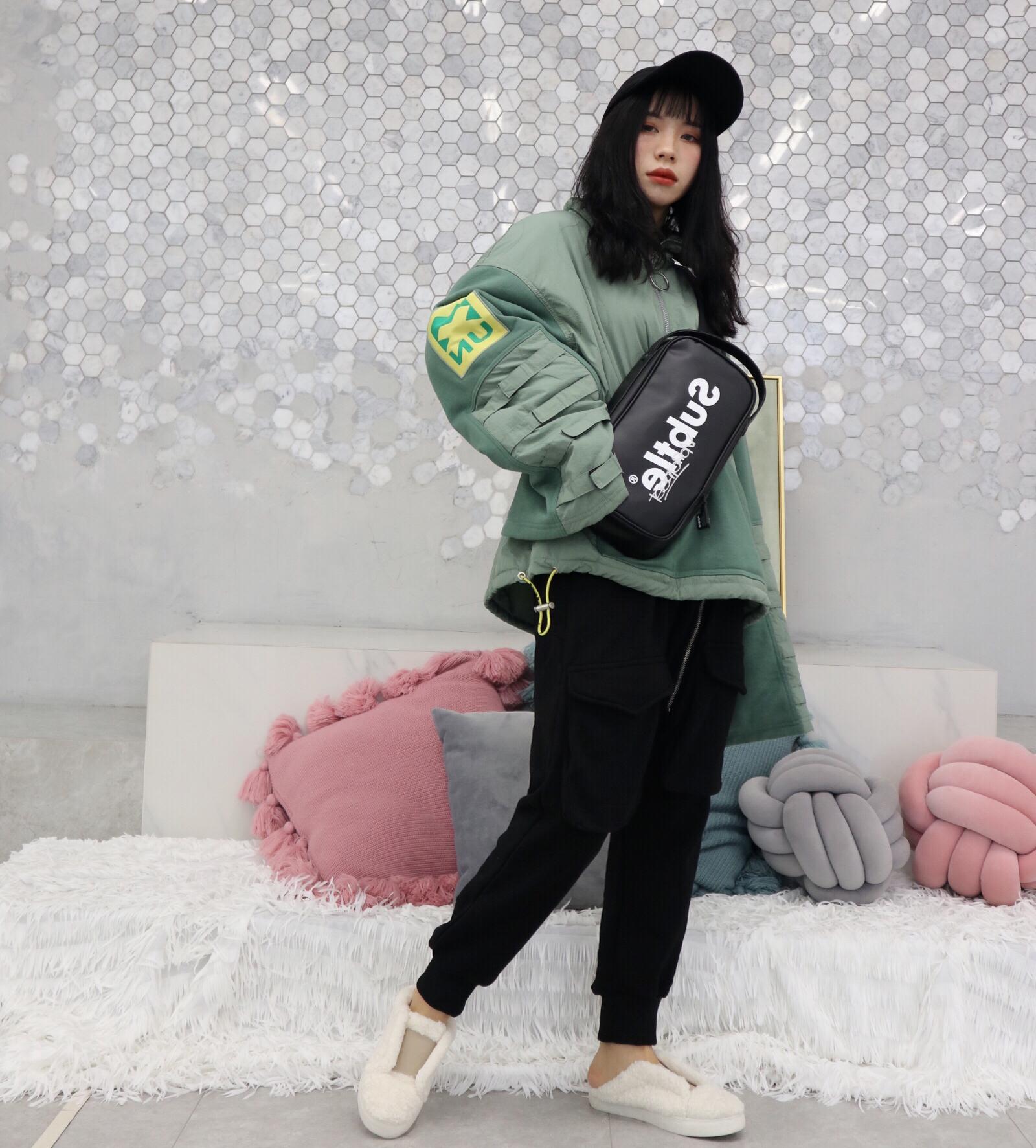 女生穿搭|休闲运动装 绿色棉卫衣➕黑色跨裤➕毛毛棉鞋➕运动包 绿色上衣是一件羽绒服穿起来很保暖 裤子是跨裤穿起来舒服也挺酷哒 整体一套很简单也舒服 #跨年就该这样穿#