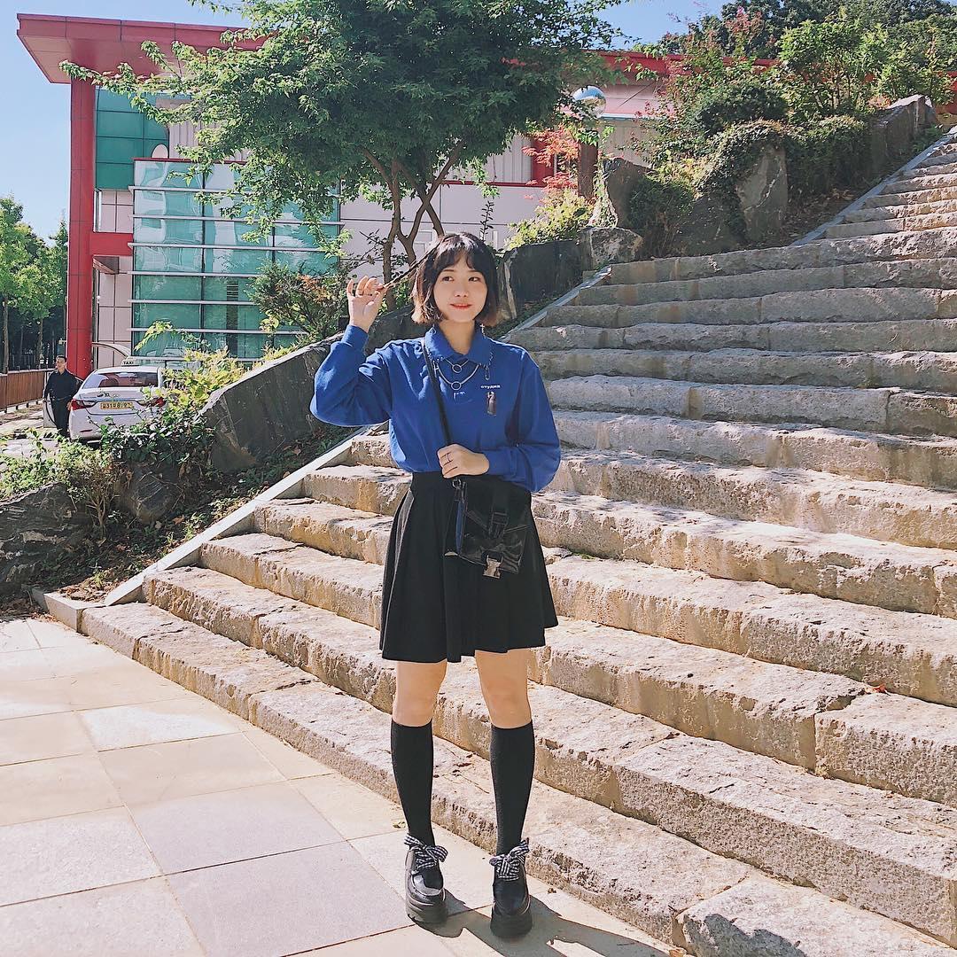 学院风的一套look 领口充满小设计的蓝色衬衣,为整体look带来了一些酷酷的感觉,喜欢~ 模特ins:yellody #OOTD#