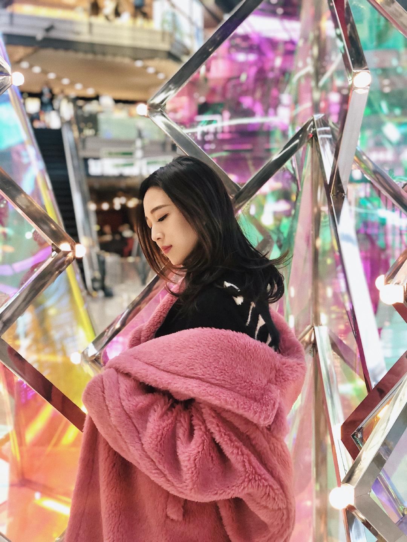 超梦幻的圣诞拍照地~今天我是粉色泰迪🐻 芳草地的艺术装饰品简直太美啦~艺术感很,还有一个流光溢彩的镜片桥~ 非常好拍照!你们快去打卡吧。 💗今日穿搭💗 粉色泰迪:Maxmara 粉色围巾:Acne Studios 彩色圣诞树一定要去拍哦。 真的超级超级喜欢粉色哦  超级保暖又好看  妈妈不会催你穿秋裤 哈哈  #裹严实了,你妈还有5秒到达战场!#