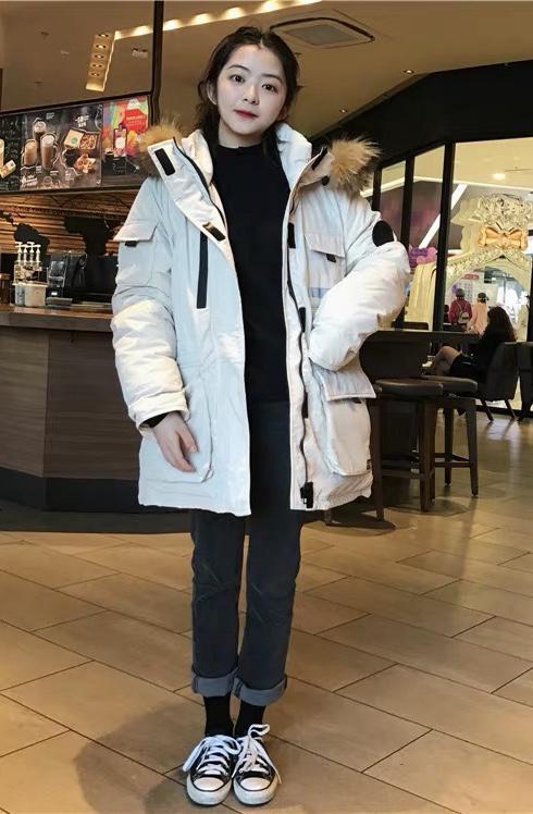 #这件女明星羽绒服我也有#冬天是不是应该穿这样的衣服 超级保暖的同时也显得人很小只很可爱 关键是太暖和啦 下雪天都不怕了 一定要穿袜子哦脚踝也要保护好 毛毛领也很舒胡 软软的