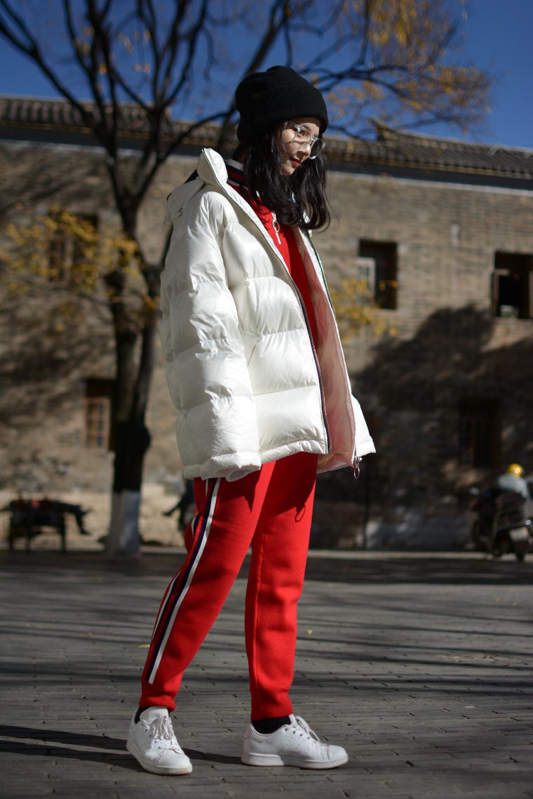 这种冬季运动搭配一定适合你 红➕白  运动风是最适合冬天的啦 不得不说 又舒服 又保暖 里面一套红色红色的运动套装别提多抢眼啦 红白经典的搭配在冬天也同样适用! 这样五五分搭配 看上去要舒服很多 能让特点在搭配中呈现出来 外套的廓形设计 穿着有一种很随意的感觉  总之在冬天绝对亮眼啦  #裹严实了,你妈还有5秒到达战场!#