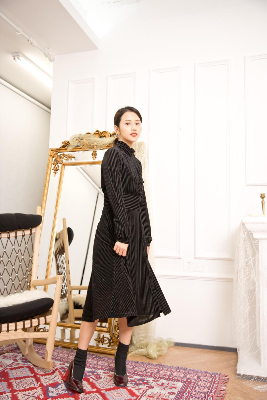 冬天出去约会吃饭不知道穿什么? 简单一条有设计感的连衣裙就很优雅漂亮了❤️ 黑色的裙子 特别有高级感 而且这裙子的反光丝绒材质 很显气质☺️ 连衣裙: ZEAL SOUL