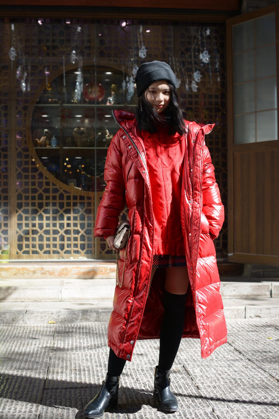 新年红👋🏻羽绒服得这样穿  快过年了新年穿搭一定要准备起来 浮夸的红色羽绒服其实也没有那么难驾驭 同色系的毛衣搭配格纹的半身裙 (半身裙是红色白色蓝色三种颜色) 这样的颜色搭配没有那么老气 很显气质 搭配过膝靴或者高筒袜 不加外套也是一个初春的潮流搭配 这样的搭配有一点杨幂的风格哈哈哈 外面的红色羽绒服是亮面的 非常酷炫  #中年少女的暖到脚后跟长外套#