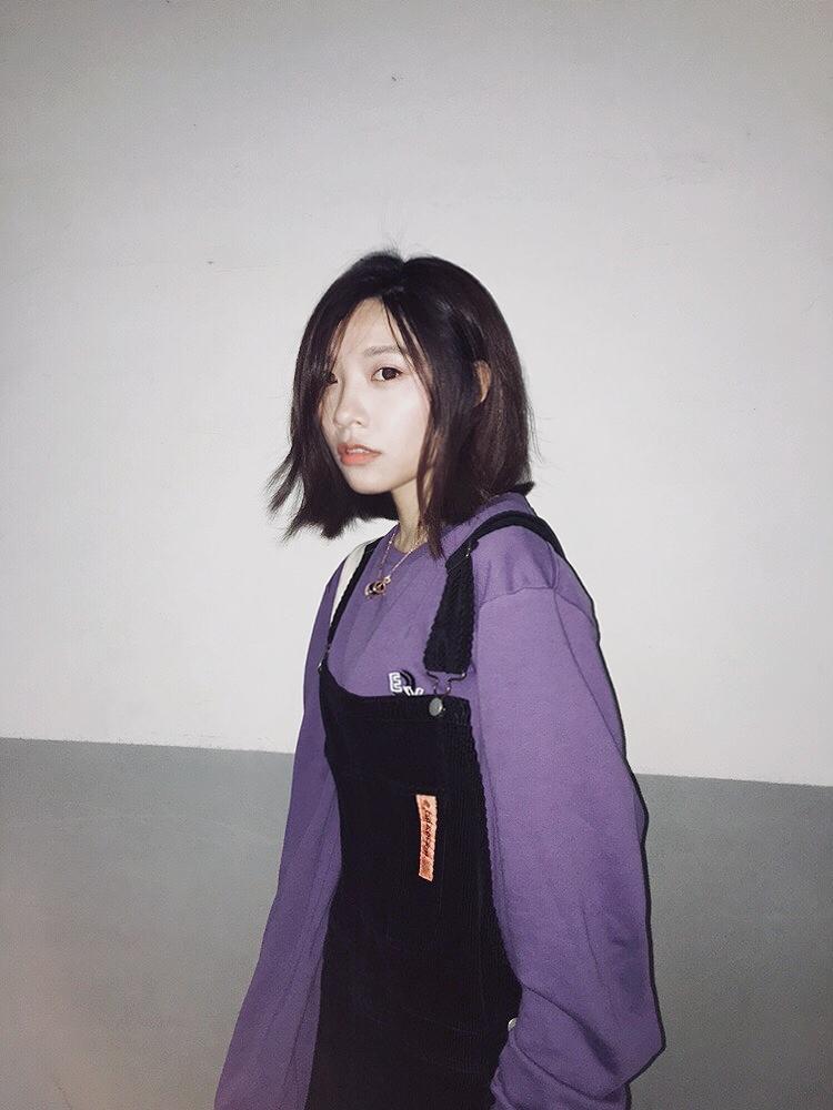 今日穿搭/#今天是韩系小姐姐本人# 18年流行的基佬紫19年还是继续驾驭,可爱的背带裤来自NPC,裤腿很长,可以卷起来也是相当可爱呢。 鞋子是18年converse与小花的合作款,脚感真的很舒服。