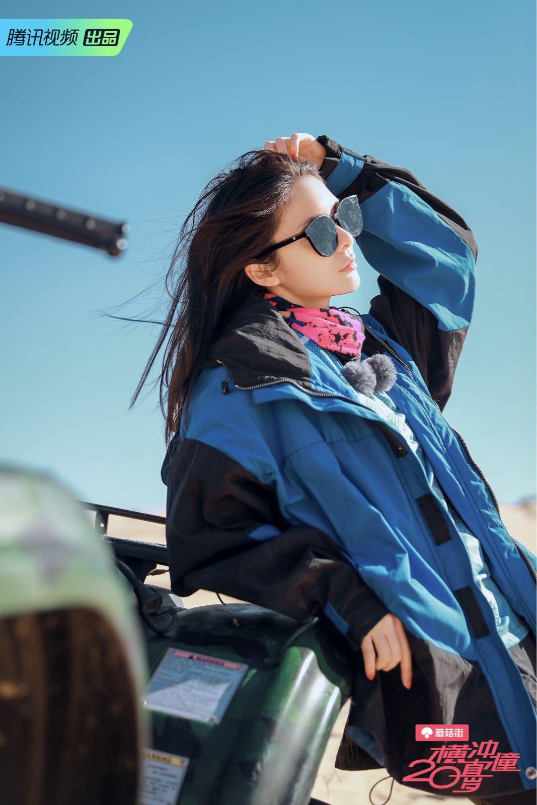 我,傅菁,从今天开始会在蘑菇街跟大家分享穿搭心得哦,怎么穿腿长1米8,怎么穿显瘦又时髦,都会通通教给大家!记得多多关注我,给我评论点赞哦~  今天就来跟大家分享一下我的沙漠look吧,蓝色冲锋衣搭配超黑墨镜,我就是你的机车女孩~#今天开启旅行博主模式#