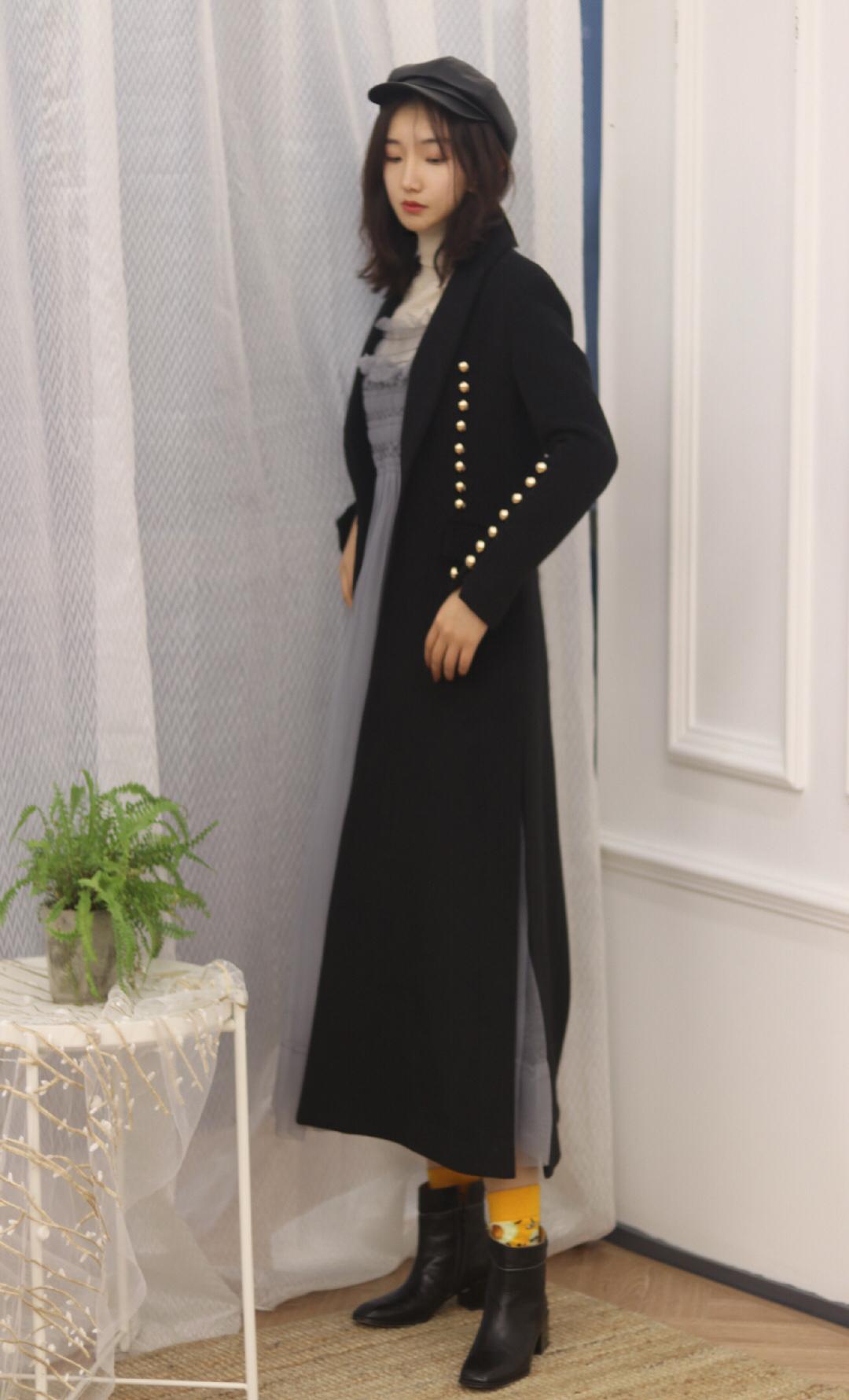 🧜♀️气场十足! 🧥收腰黑色长宽毛呢外套,精致赫本风!非常复古的一件外套,金属扣整齐排列,显瘦又增添复古感,是十分吸睛的小设计!收腰设计巨显瘦并且拉长腿部比例! 👗内搭灰色纱裙,仙气缭绕哇!也是高腰设计,十分显瘦,一身性冷淡黑白灰色系,高级感满满! 🎩最后贝雷帽的搭配,迎合了复古感。 #MIX UP设计感爆棚#