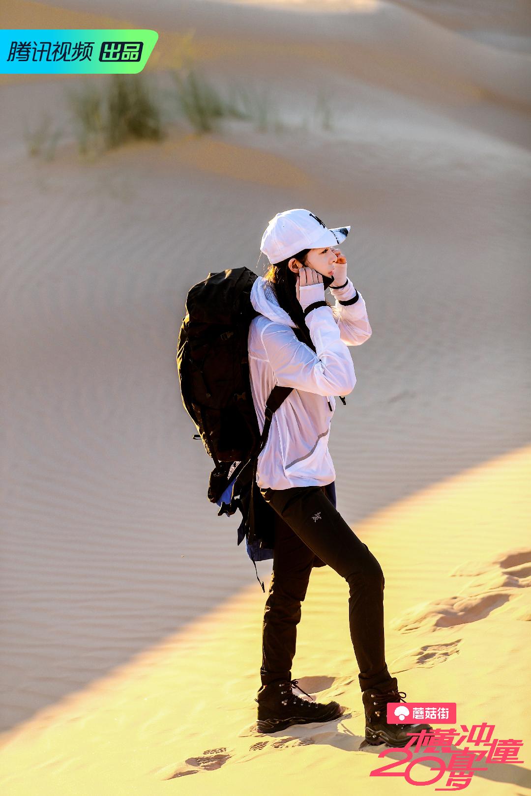 沙漠最重要的是什么? 当然是防晒啦! 看我的白色防晒外套搭配同色系防晒鸭舌帽,是不是和沙漠超配的。包包裤子和鞋子都是黑色的,征服沙漠就看我啦~ #今天开启旅行博主模式#