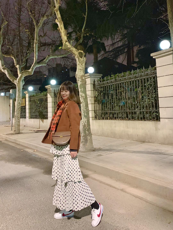 甜美波点蛋糕裙的混搭look #我妈说这样穿还能给红包# 上身是棕色双面尼短大衣,下身黑白波点蛋糕裙,搭配一条橘棕色格子围巾和一只棕色挎包,风格偏甜美可爱。喜欢运动休闲风可以和我一样搭配球鞋,淑女风可以搭配小皮鞋~~  双面呢短大衣:西嘉💰559  裙子:一个宇宙 💰135  毛衣:icy 💰899  鞋子:nike 💰659 包包:abbott vintage 💰229