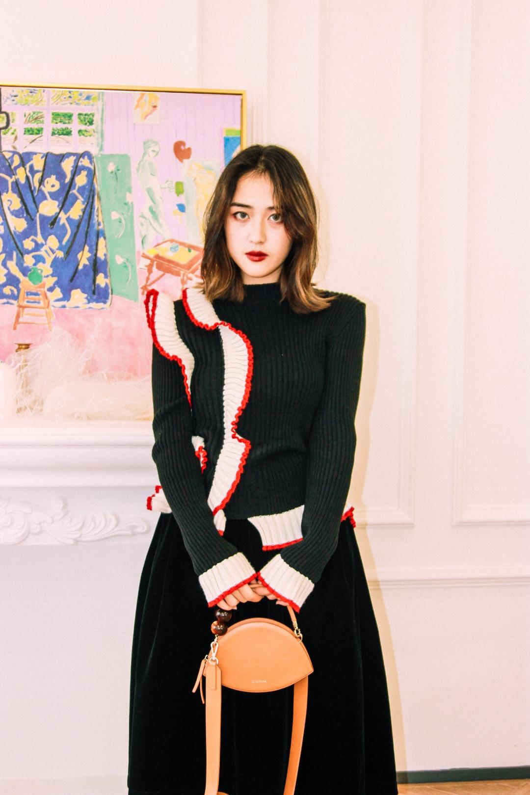 🌚【暗黑小淘气】🌚 🌝非常特别的毛衣,恣意的花边设计让人气质又灵动~ 🌚乖乖的金丝绒黑色半身裙提高了淑女的品格 🌝精致的单鞋更彰显了你的气质非凡鸭~ #三分钟!我要这件毛衣的所有信息#