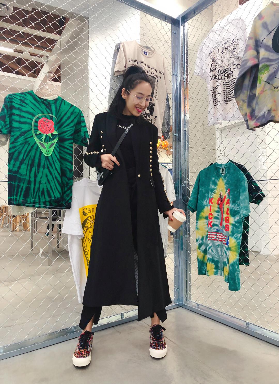 这个很皮的姑娘一看到美衣就更不受控😝 同时自己的设计也是在当地颇受欢迎呢😄 #大衣就该敞开穿!#