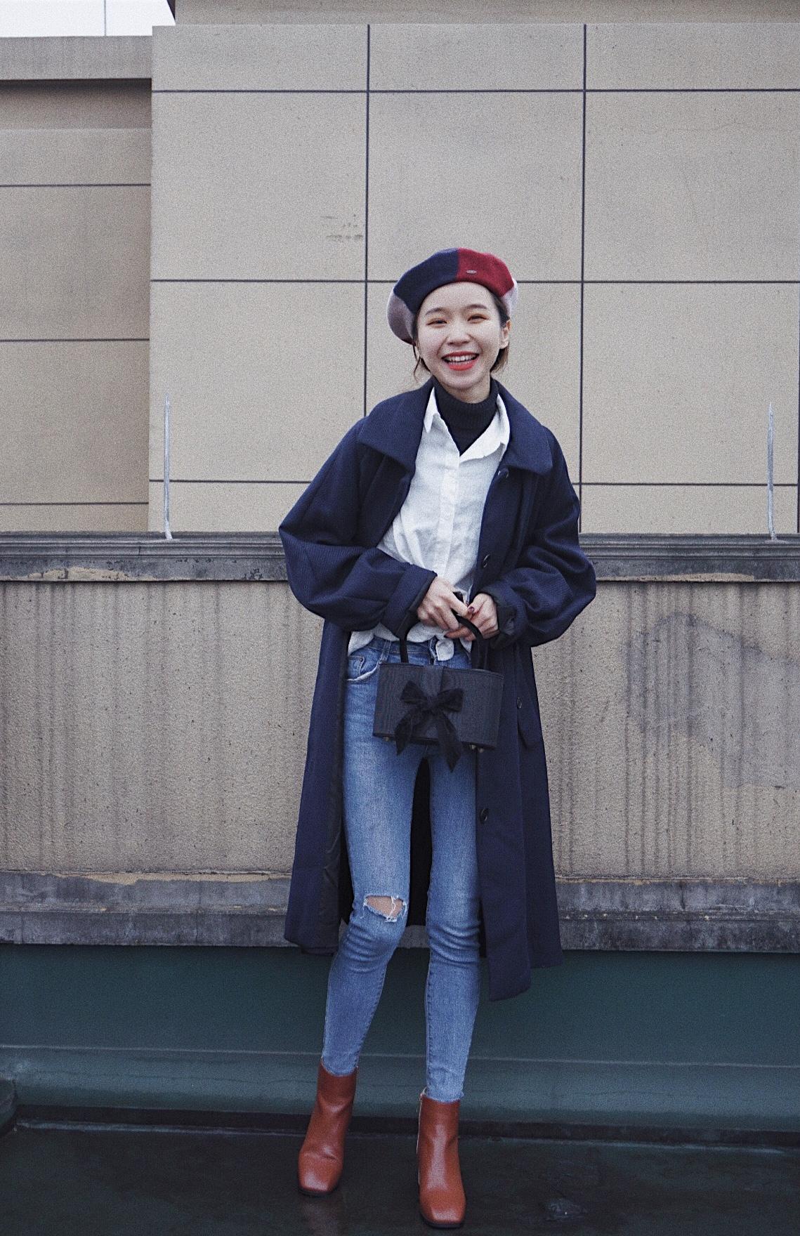 Lin's ootd #石原里美又喊我买贝雷帽了!#     这顶走哪儿都被夸的贝雷帽,是我今年冬天最爱的帽子了。拼色设计不浮夸,有质感又复古。     搭配藏青色大衣,里面衬衫和高领衫叠穿,精致的蝴蝶结手提包增色不少。再用一顶出色的帽子来点亮全身色彩,仿佛自己是精致的韩剧女主。