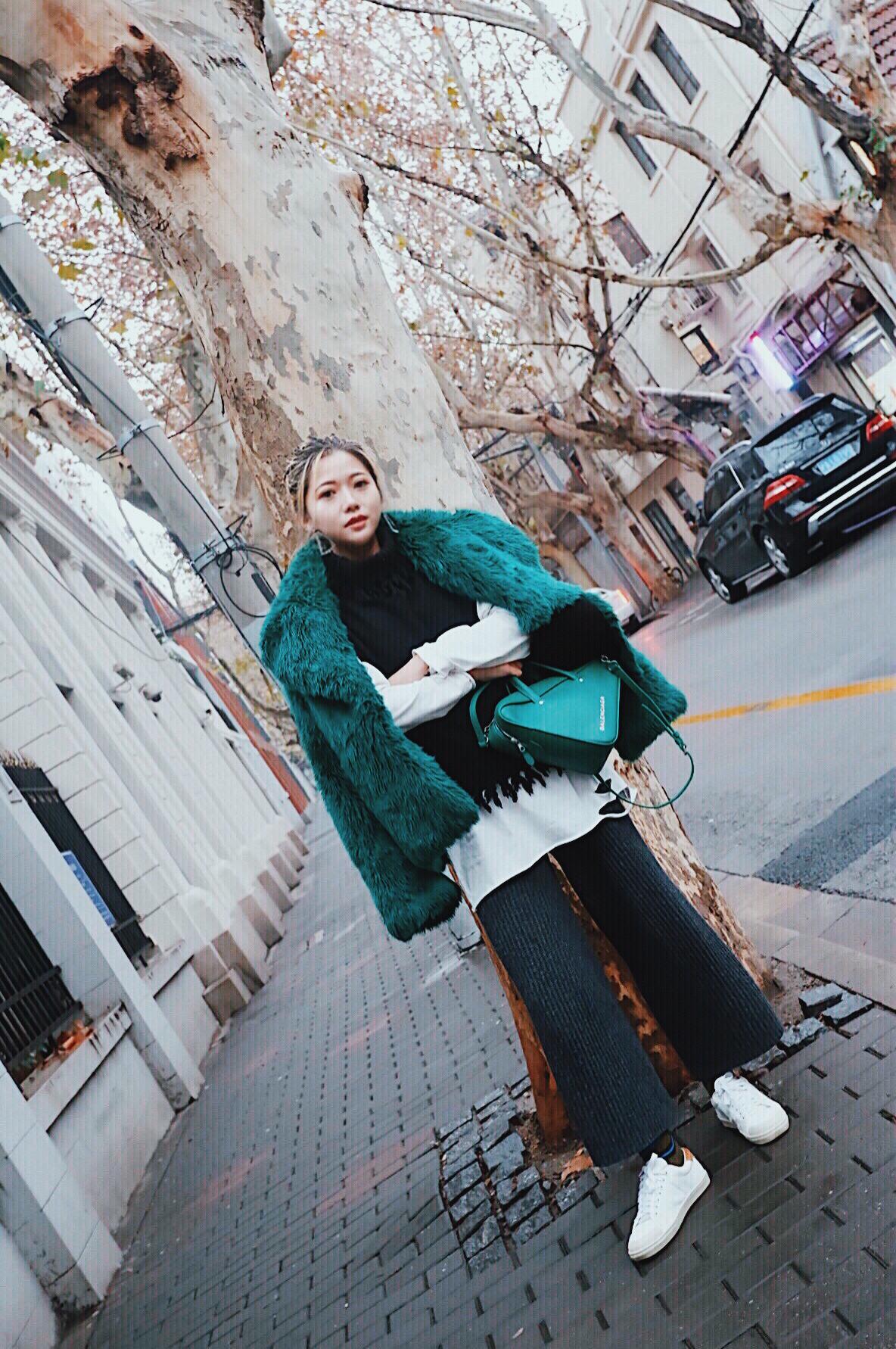 #最后一波冷空气,请放马过来吧# 去年入的Msgm皮草  其实挺好看的~ 内搭的毛衣马甲是个新的日本牌