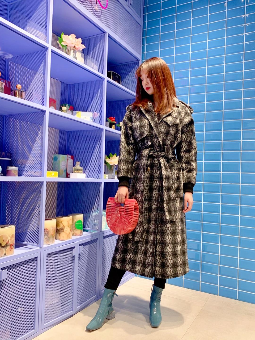 #北京网红地打卡のPLAY LOUNGE三里屯店# PLAY LOUNGE每一次设计都是标新立异、推陈出新,传递着设计师的生活态度。香薰配饰所有有关时髦的一切都可以在这里买到,暗纹长款大衣搭配短靴和亚克力菜篮包休闲又时髦,非常适合逛街哦~💗