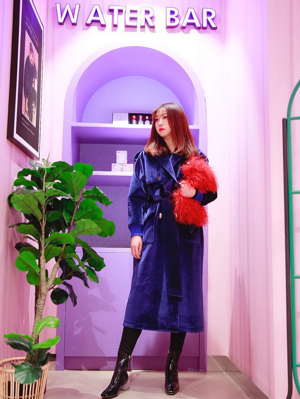 #北京网红地打卡のPLAY LOUNGE三里屯店#  PLAY LOUNGE规则由你建立或打破,优雅高贵、个性张扬、活泼街头、娴静内敛……恣意搭配出属于你的风格。蓝色丝绒大衣搭配皮草包包,奢华感十足,日常或者出席任何场合都毫无违和哦~🦊