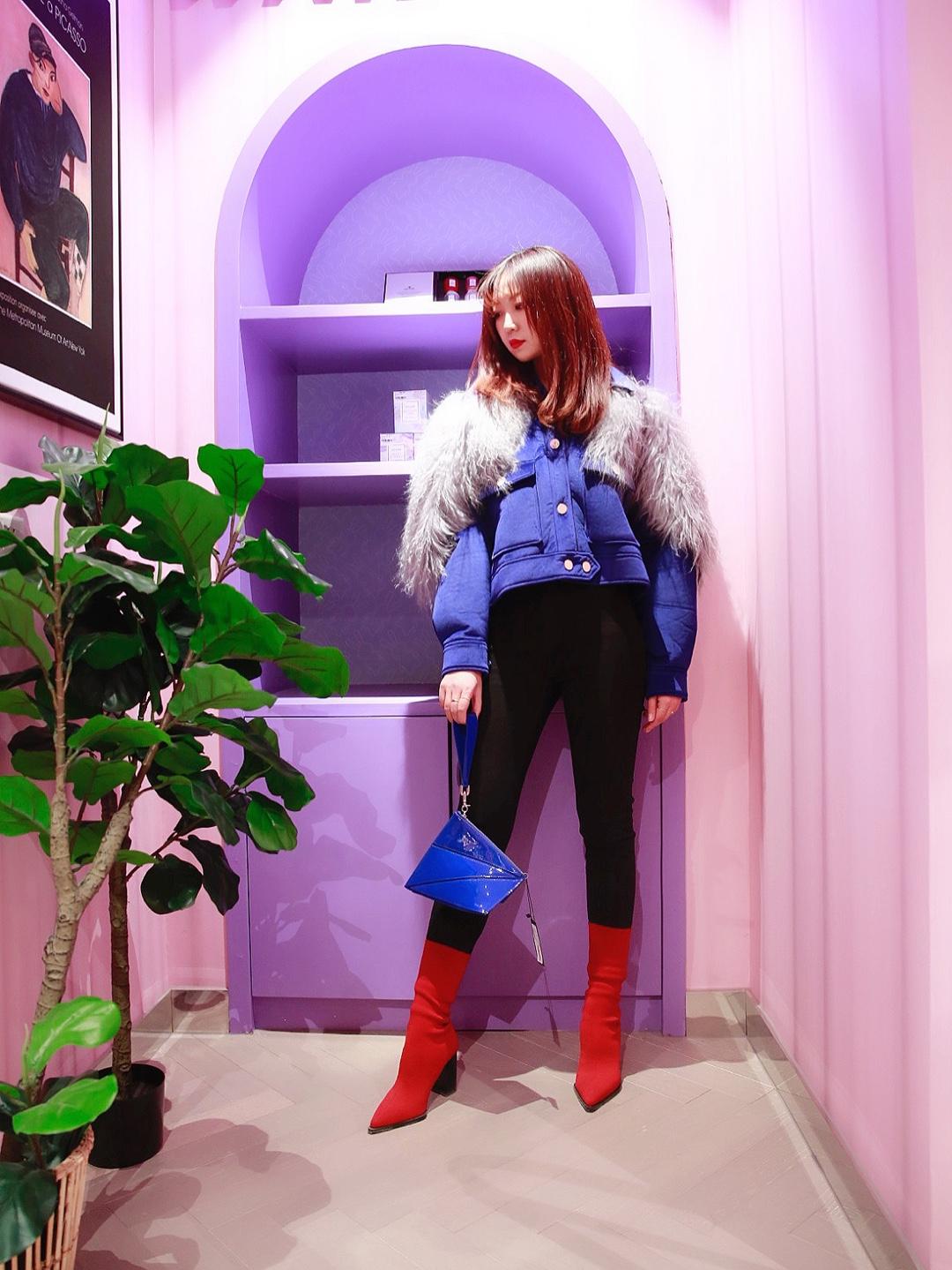 #北京网红地打卡のPLAY LOUNGE三里屯店# 走进PLAY LOUNGE三里屯店,来自于后现代主义装饰风格灵感的店内设计会让你耳目一新,让你有站在时尚源头的返璞归真之感。夸张皮草拼接短外套让你气场十足,搭配撞色袜靴,超级时髦哦~👢