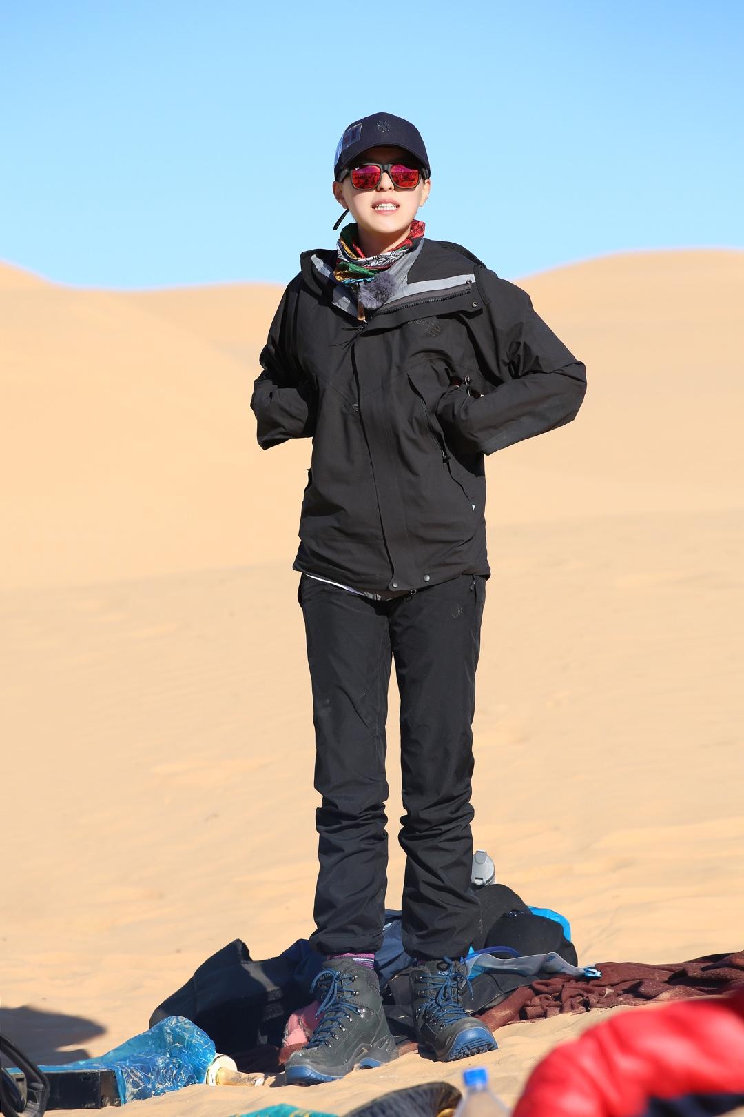 我们横冲直撞到沙漠里啦!!!十足南方来的我表示很激动~🙀但也被风沙惊到了。 在沙漠这样的地方首要考虑的就是防风防沙,功能性最重要。把自己裹得严严实实的了!🤭紫外线休想伤害我!鸭舌帽连我的头发也要保护好,今天也是精致的猪猪女孩。😼 还有我能装万物的双肩包,外出的必备单品,能塞进宇宙才让我安心~ 继续fo节目吧,下次穿的有惊喜!🤗