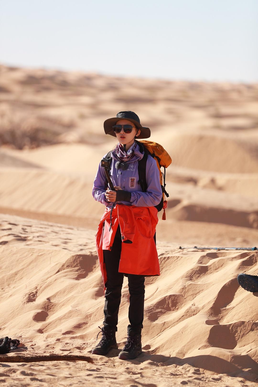 横冲直撞这个词简直是为我量身定做的🤪这一站到了沙漠,从来没去过感觉很刺激哈哈🤔沙漠里的我就是探险家本人啦!挑战自己😎 在这里大宽檐帽子和墨镜真的好实用哦,不然好像真的挡不住疯狂的风沙和太阳。虽然穿的是防风衣我也要美美滴,橘色给我活力😬今tia也要加油鸭!!💪