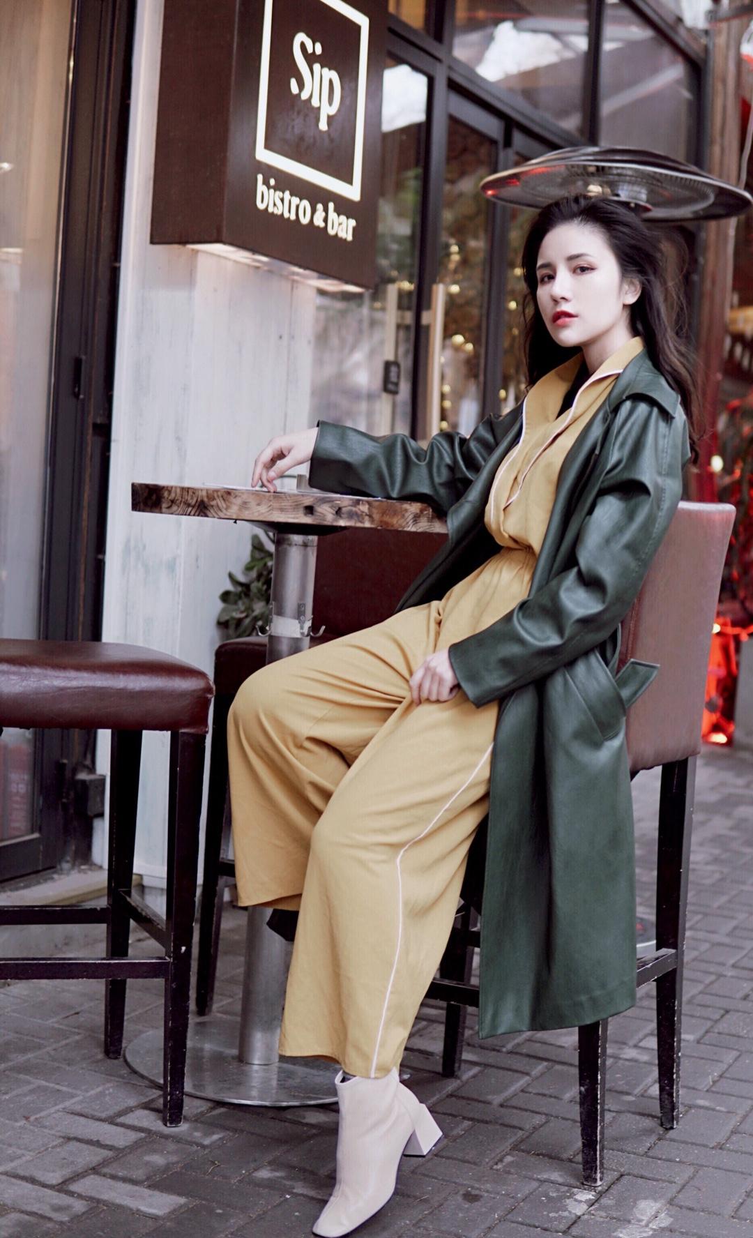 之前一直在想白色鞋子怎么搭配 发现其实也挺好搭配的 绿色皮衣 内搭一个连体黄色阔腿裤 绿色和黄色的撞色,让冬日格外亮眼🍂🍃